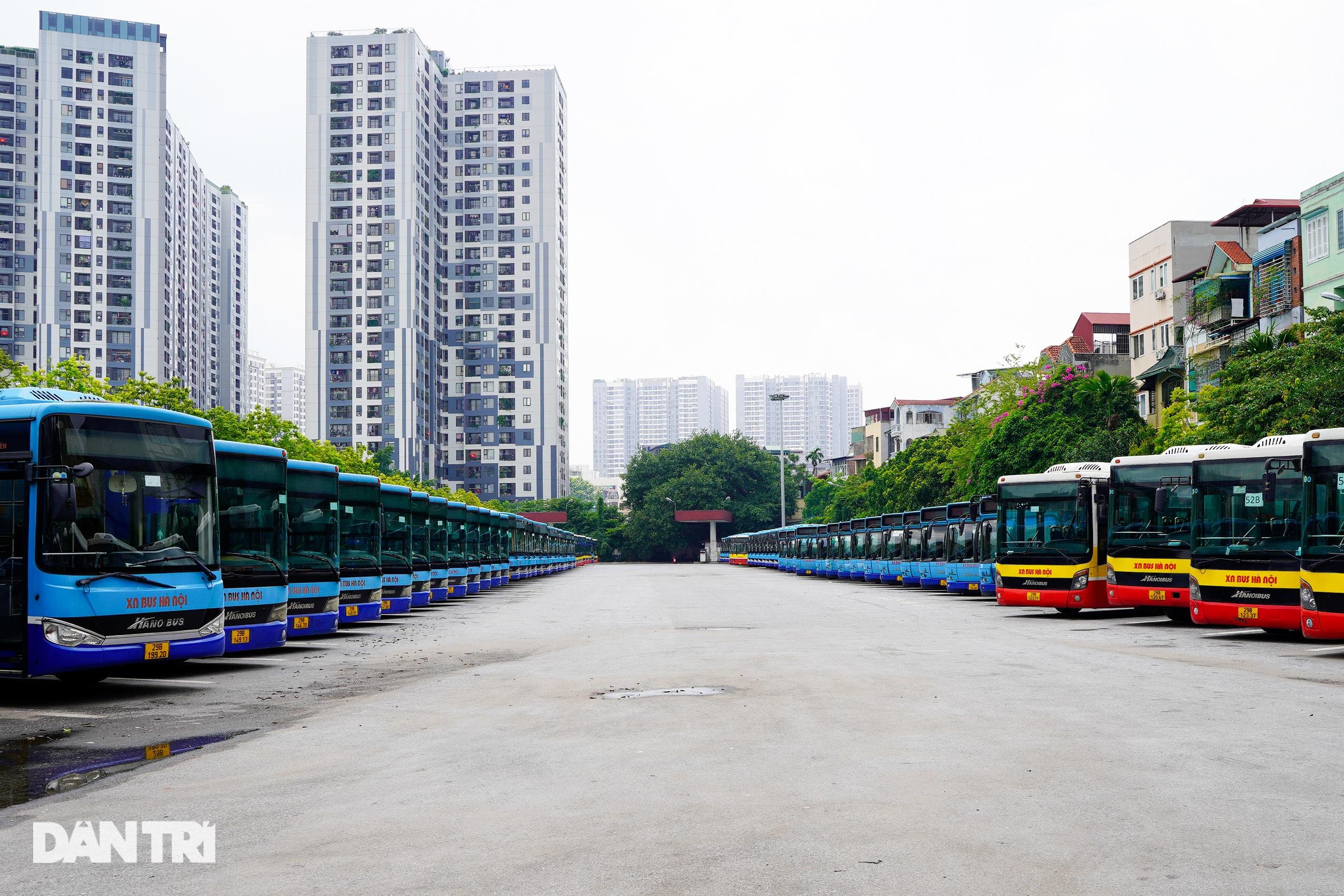 Hà Nội: Hàng nghìn ôtô nằm phơi nắng dầm mưa vì giãn cách xã hội - 2