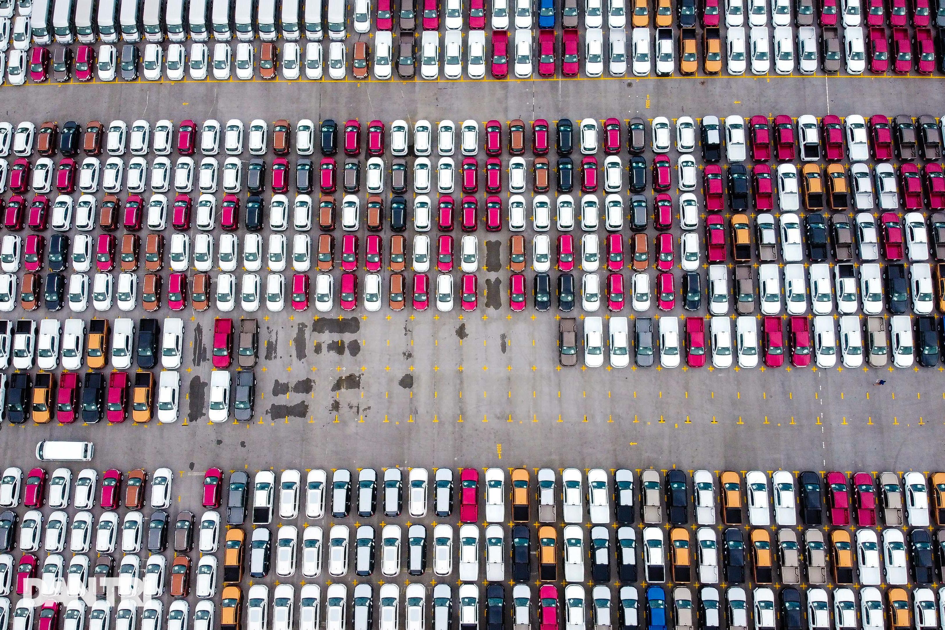 Hà Nội: Hàng nghìn ôtô nằm phơi nắng dầm mưa vì giãn cách xã hội - 9
