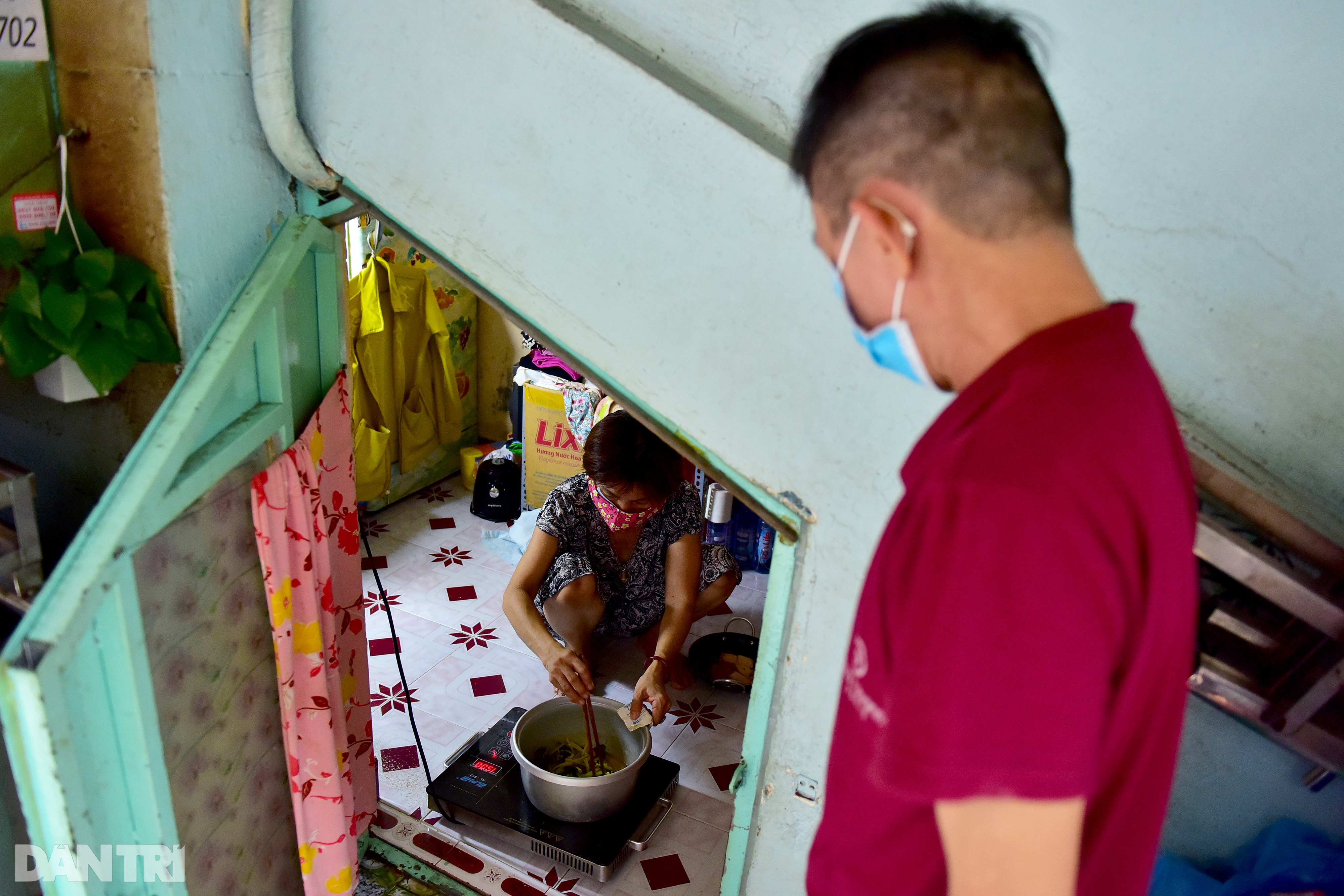 The couple for 34 years lived in 5m2 under the stairs of the Saigon apartment building - 4