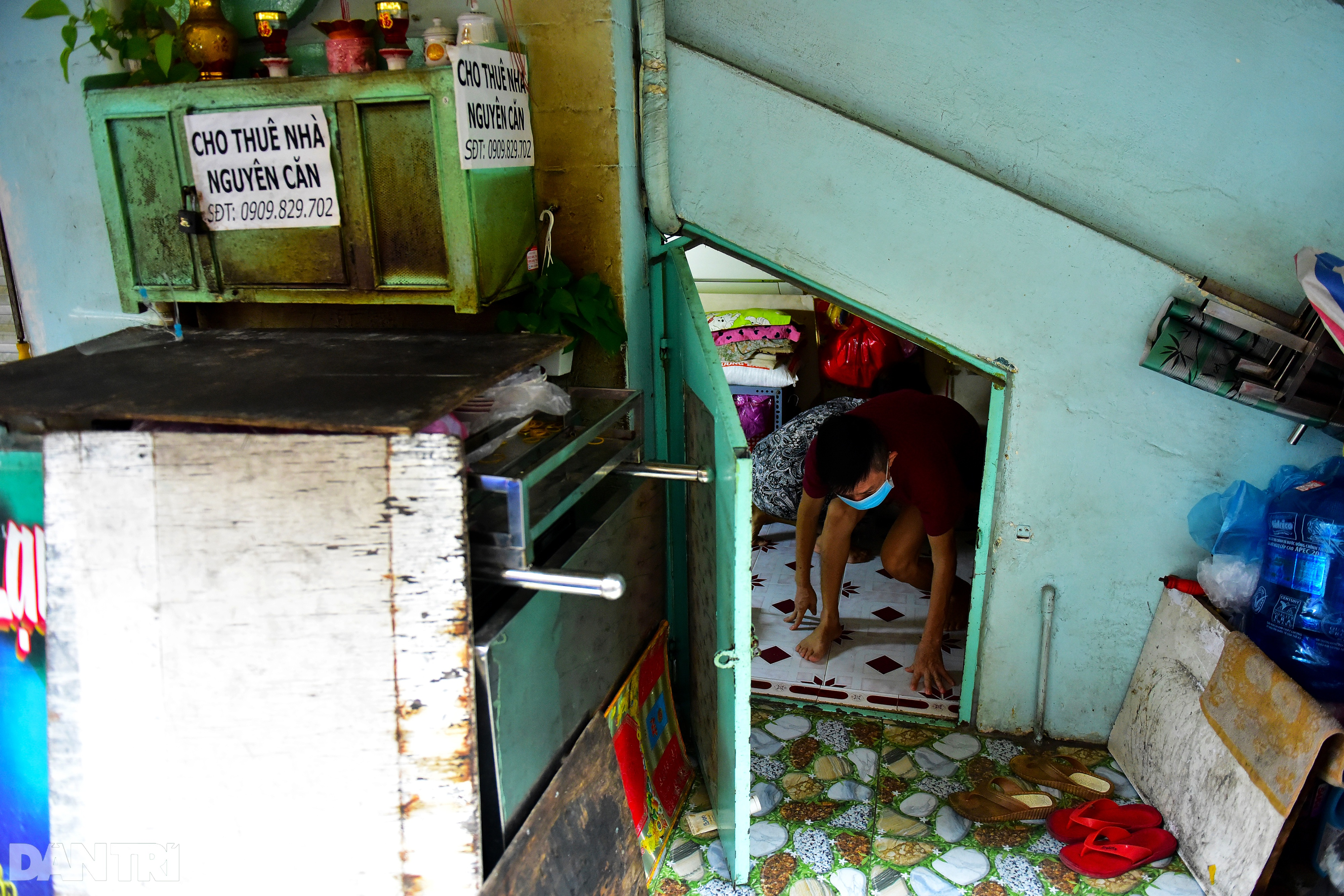 Couple for 34 years living in 5m2 under the stairs of Saigon apartment - 10