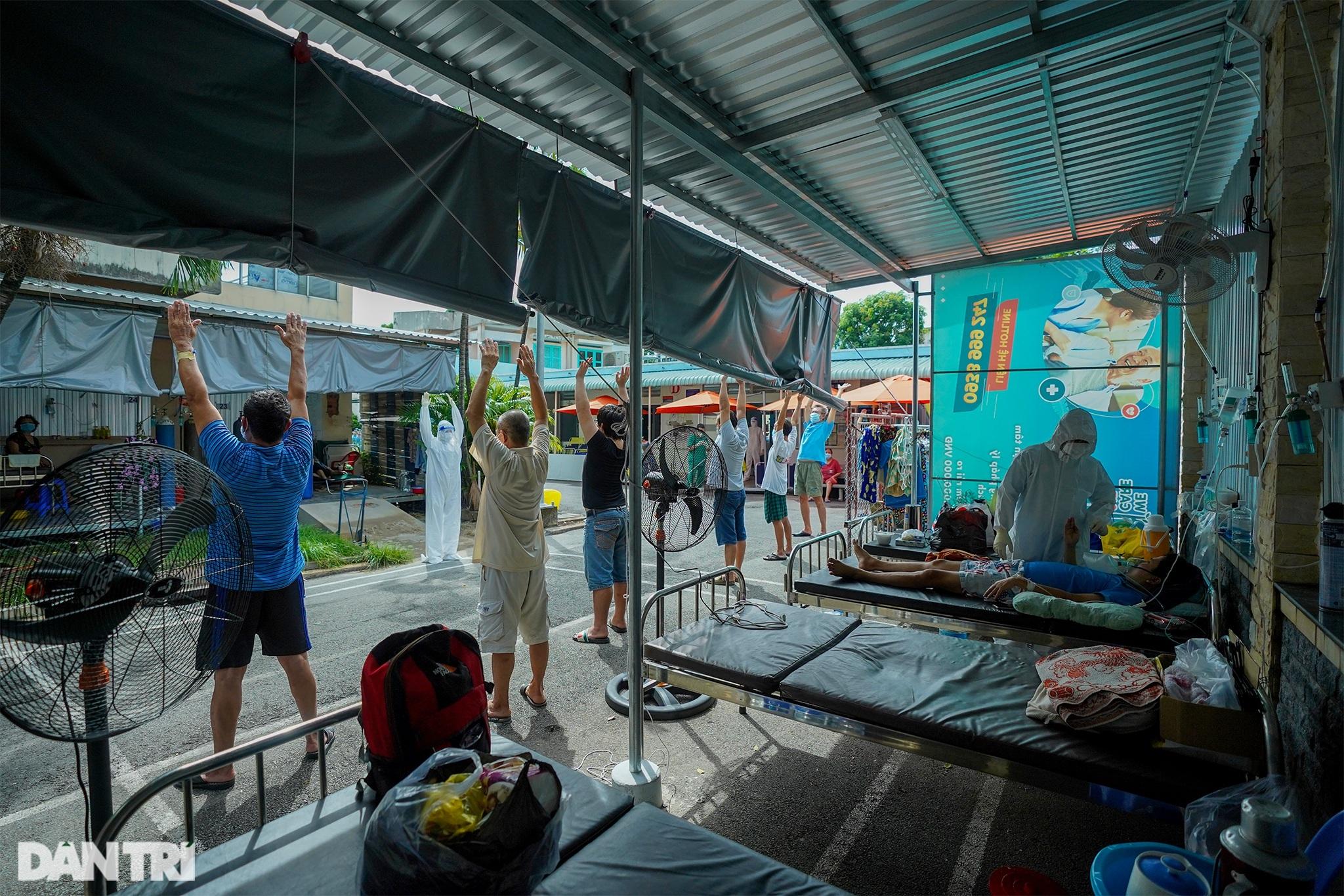 Ảnh tuần: Nghìn người xếp hàng tiêm ở Cung, bộ đội dầm mưa bão giúp dân - 4