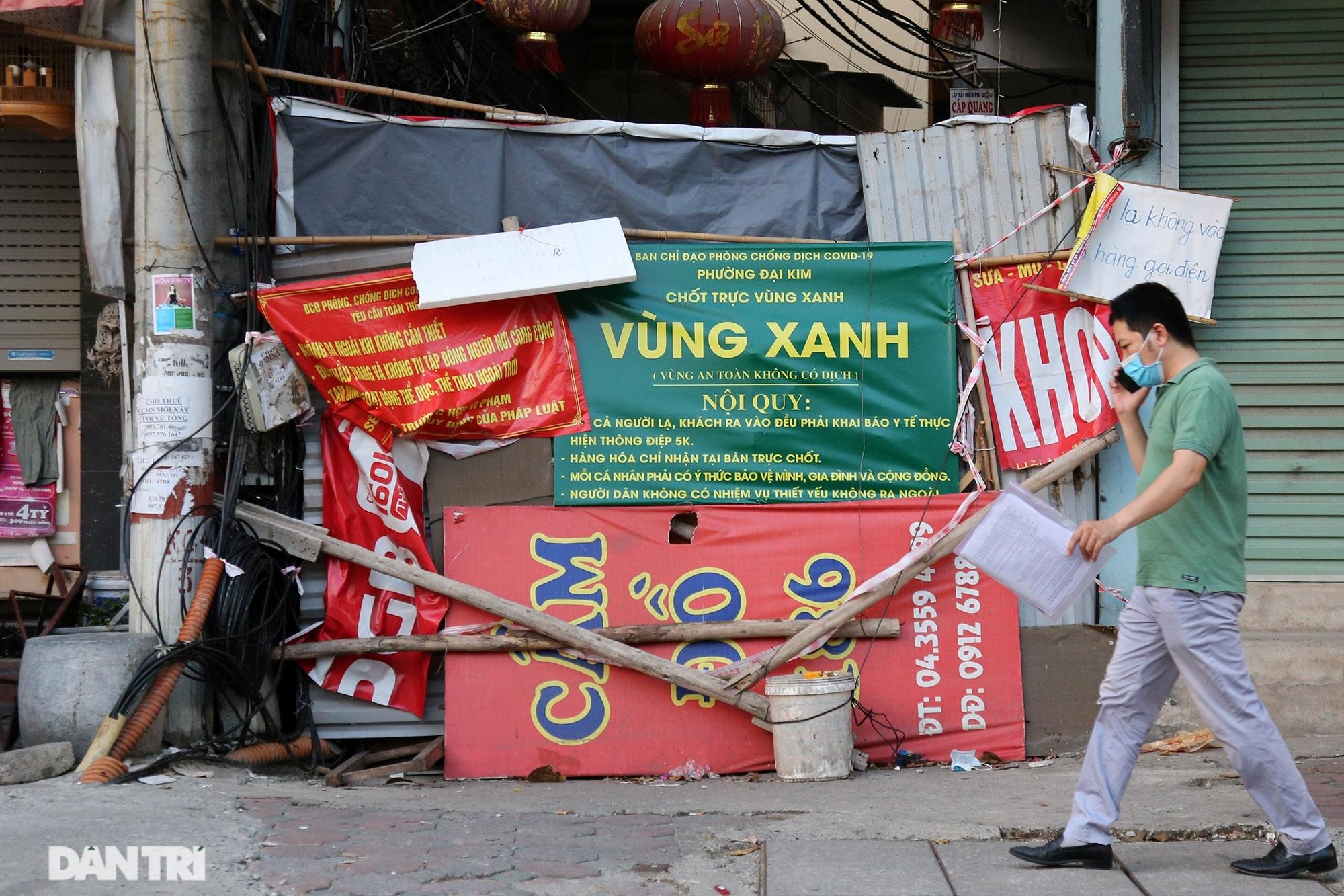 Ảnh tuần: Nghìn người xếp hàng tiêm ở Cung, bộ đội dầm mưa bão giúp dân - 2