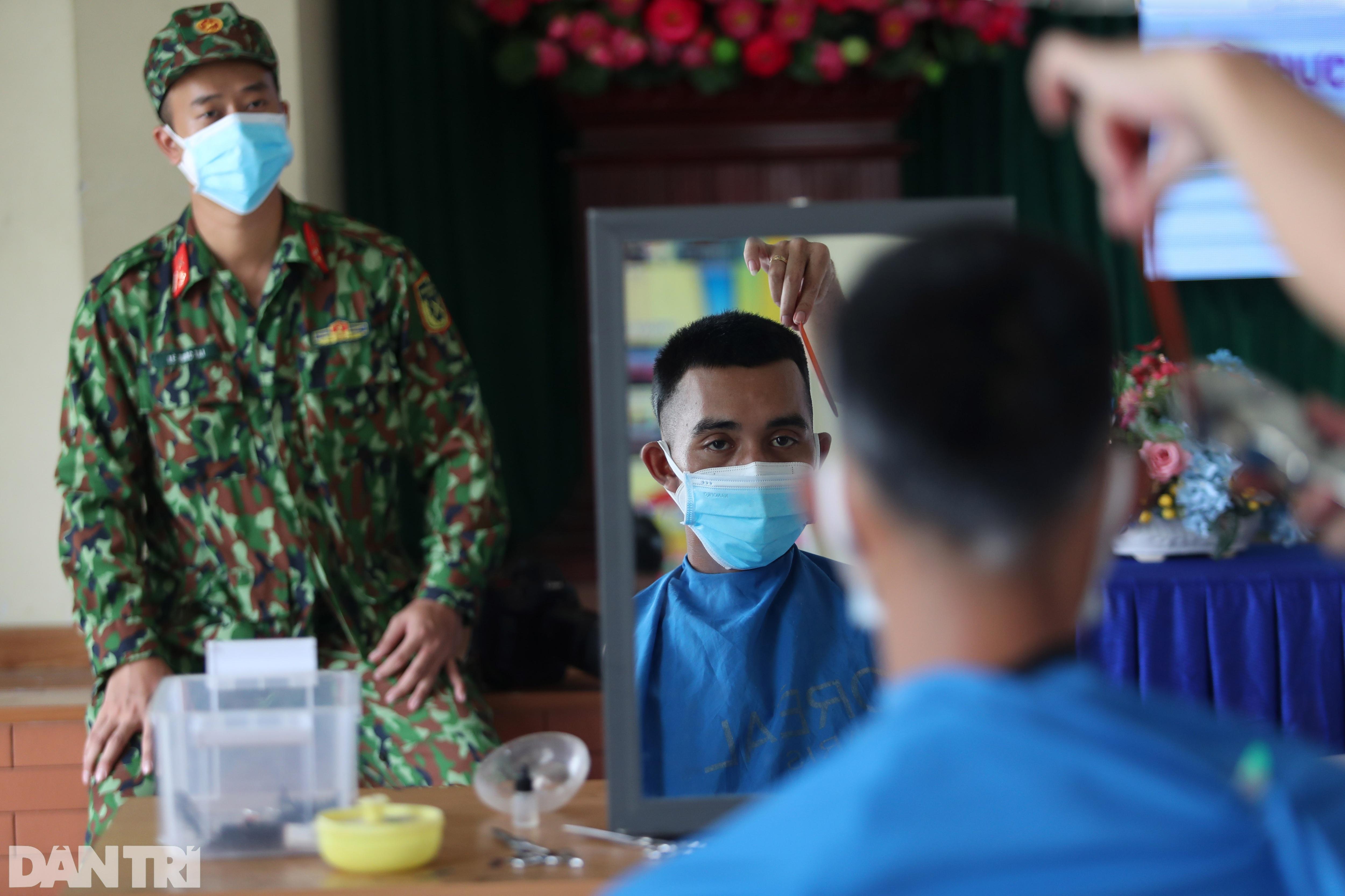 Ảnh tuần: Nghìn người xếp hàng tiêm ở Cung, bộ đội dầm mưa bão giúp dân - 5
