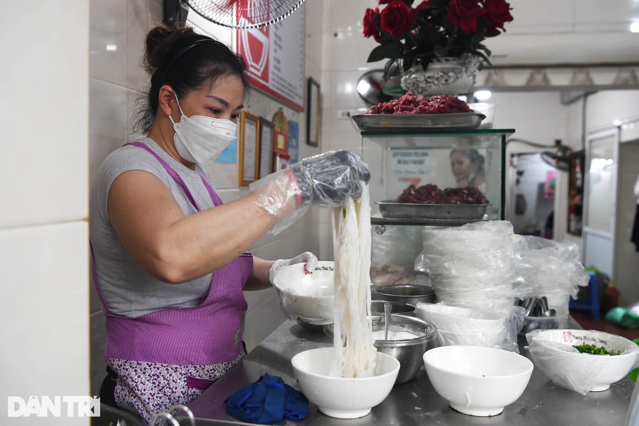 Người dân Hà Nội xách cặp lồng xếp hàng mua phở ở vùng xanh - 10