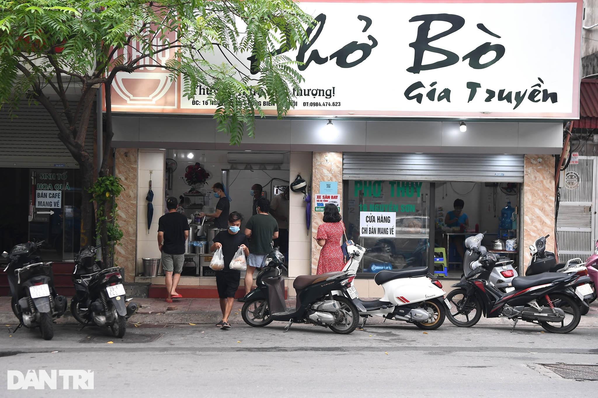 Người dân Hà Nội xách cặp lồng xếp hàng mua phở ở vùng xanh - 4