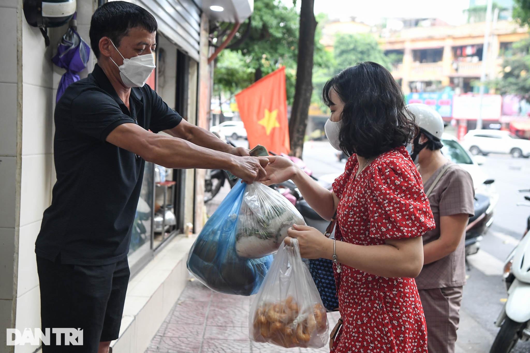 Người dân Hà Nội xách cặp lồng xếp hàng mua phở ở vùng xanh - 11