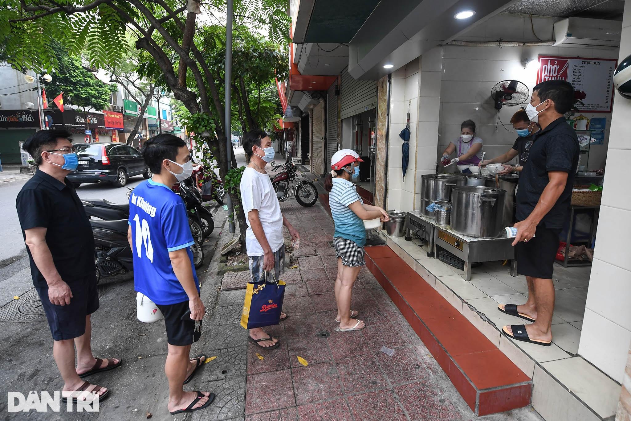 Người dân Hà Nội xách cặp lồng xếp hàng mua phở ở vùng xanh - 5