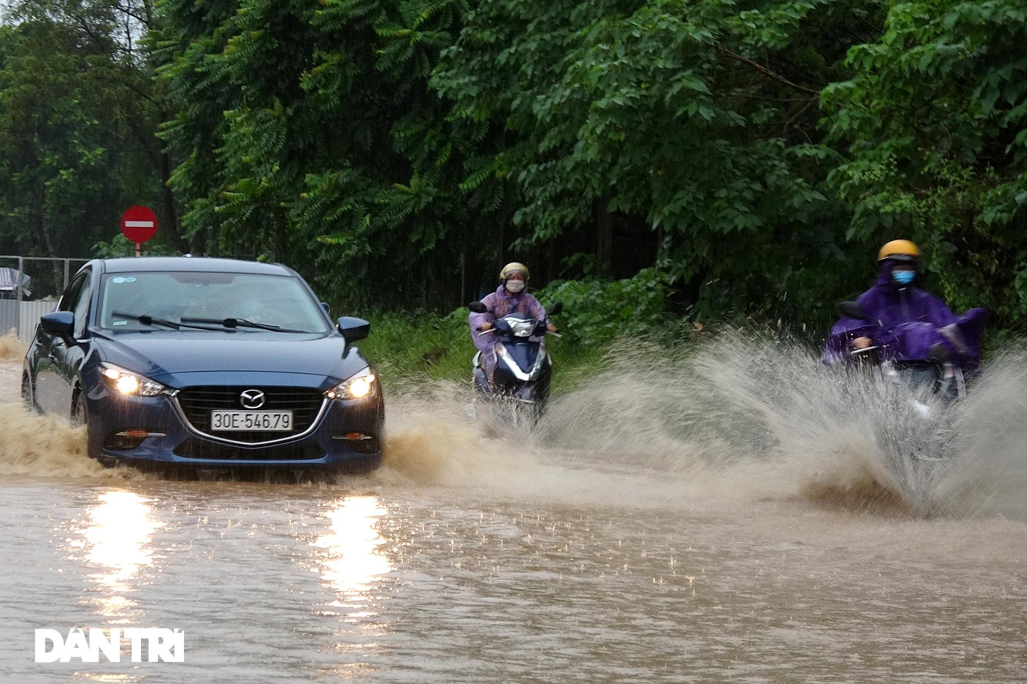 Bầu trời Hà Nội tối sầm sau mưa, xe cộ bật đèn pha lưu thông giữa ban ngày - 12