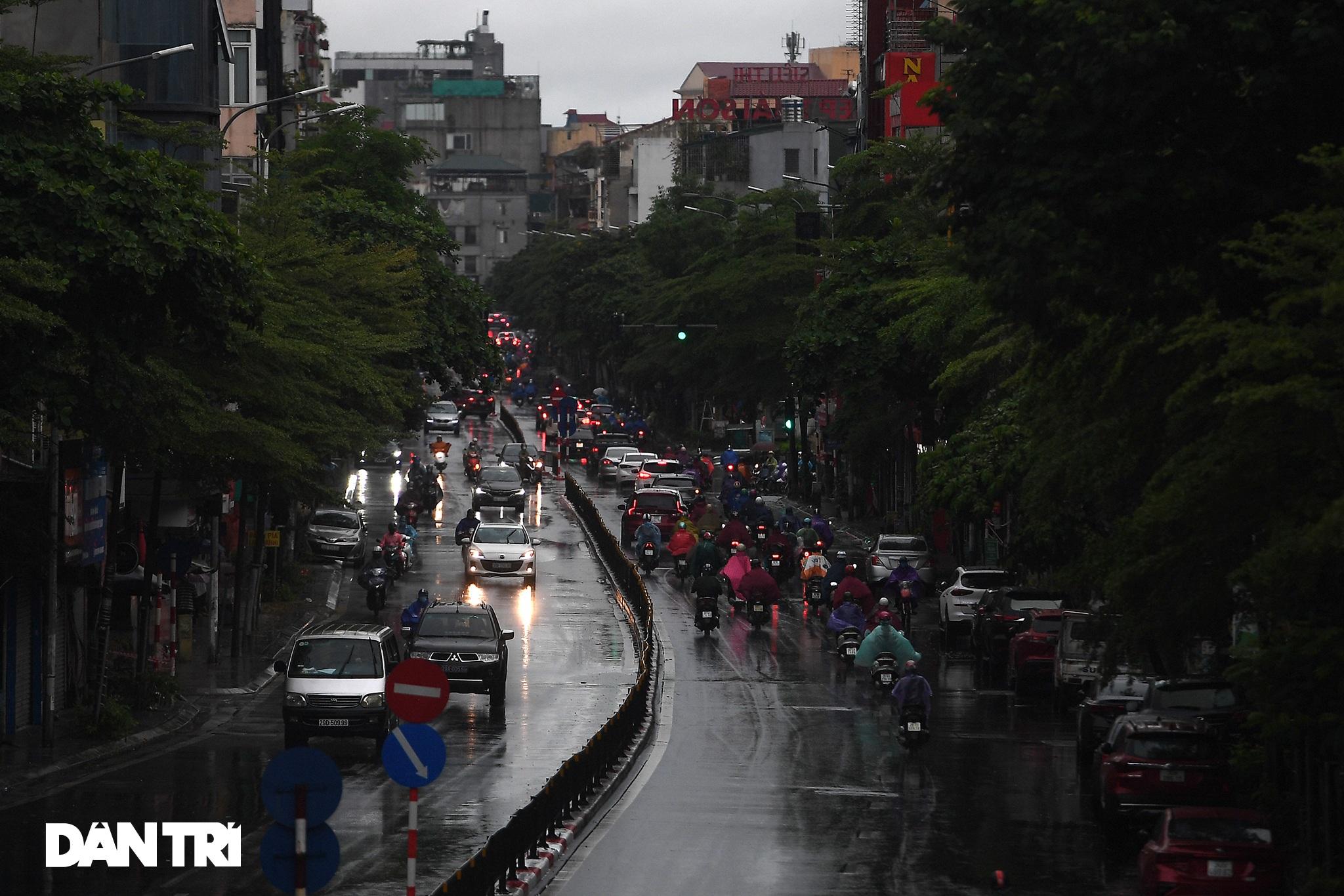 Bầu trời Hà Nội tối sầm sau mưa, xe cộ bật đèn pha lưu thông giữa ban ngày - 6