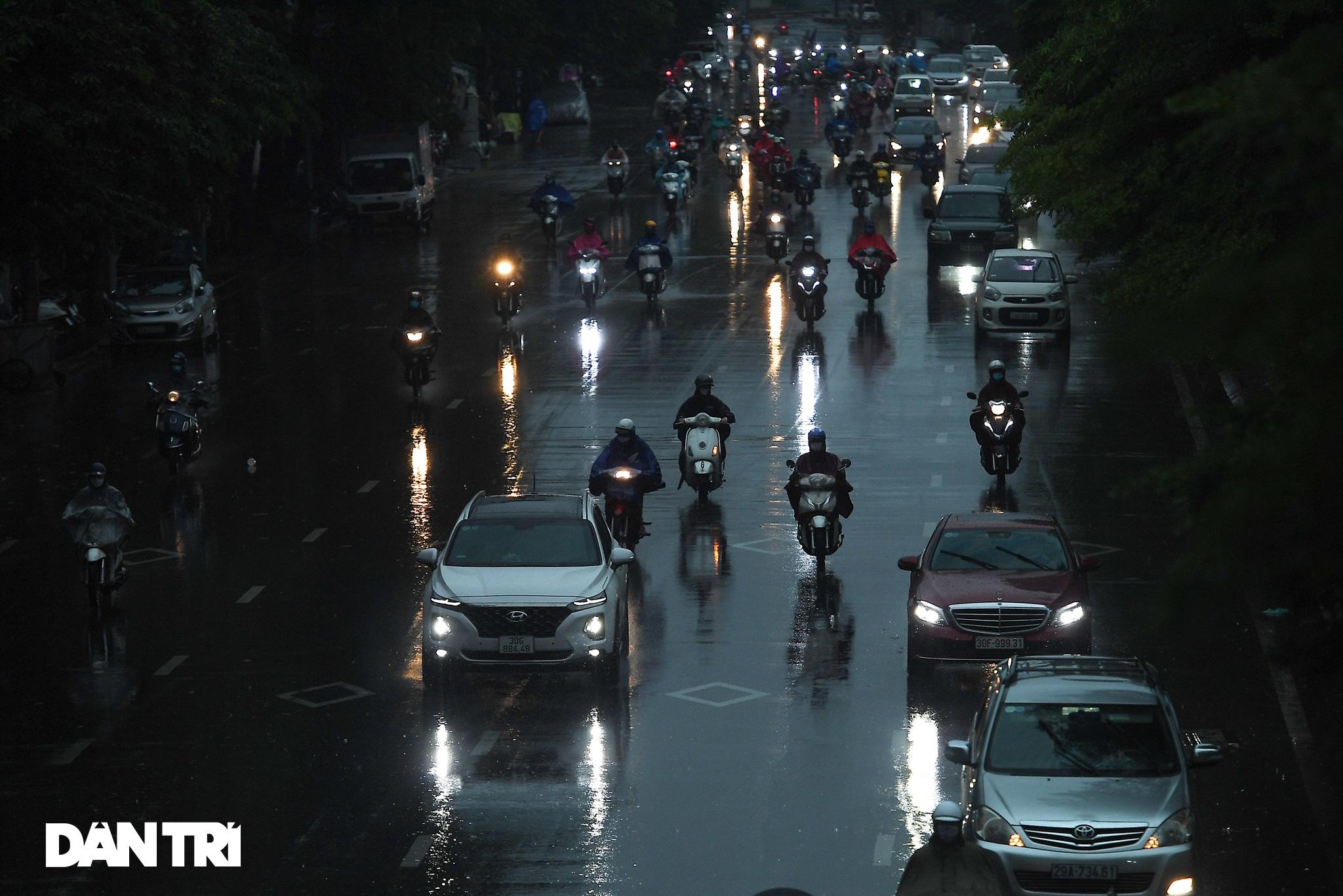 Bầu trời Hà Nội tối sầm sau mưa, xe cộ bật đèn pha lưu thông giữa ban ngày - 1