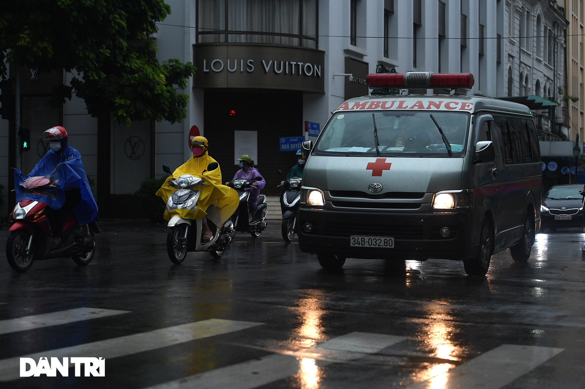 Bầu trời Hà Nội tối sầm sau mưa, xe cộ bật đèn pha lưu thông giữa ban ngày - 5