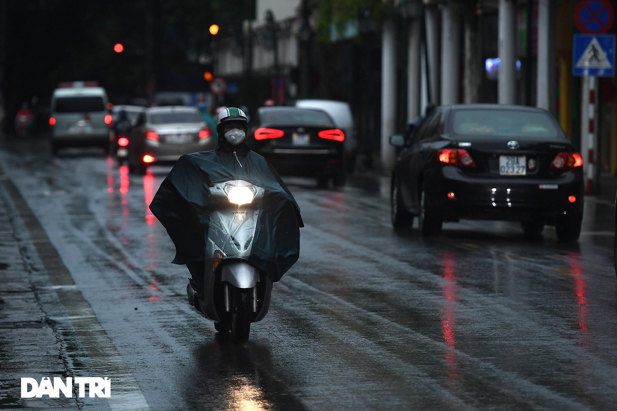 Bầu trời Hà Nội tối sầm sau mưa, xe cộ bật đèn pha lưu thông giữa ban ngày - 4