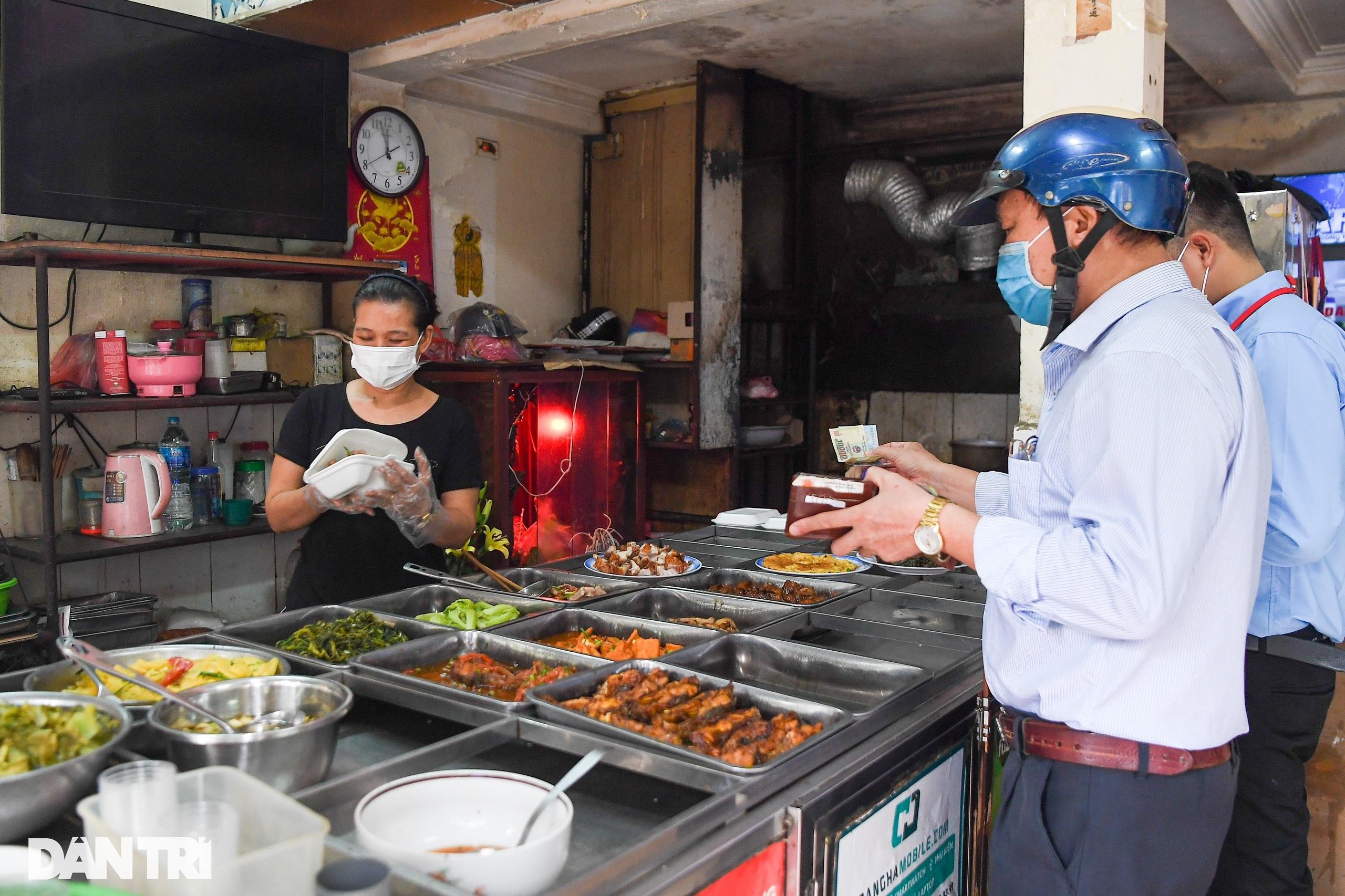 Ngày đầu hàng quán 19 quận huyện ở Hà Nội được mở cửa bán mang về - 13