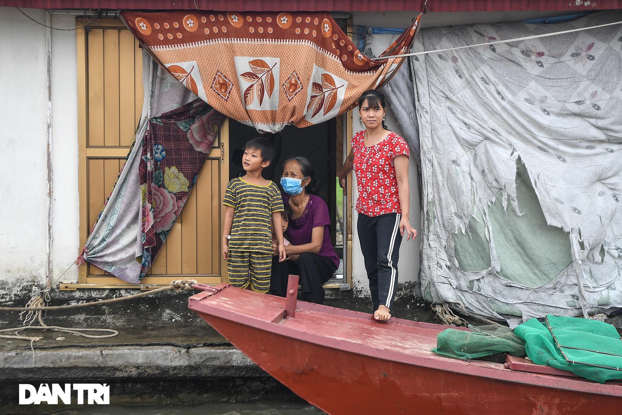 Chạy xuồng hơi dọc sông Hồng trao quà tới tận tay người dân nghèo làng chài - 6