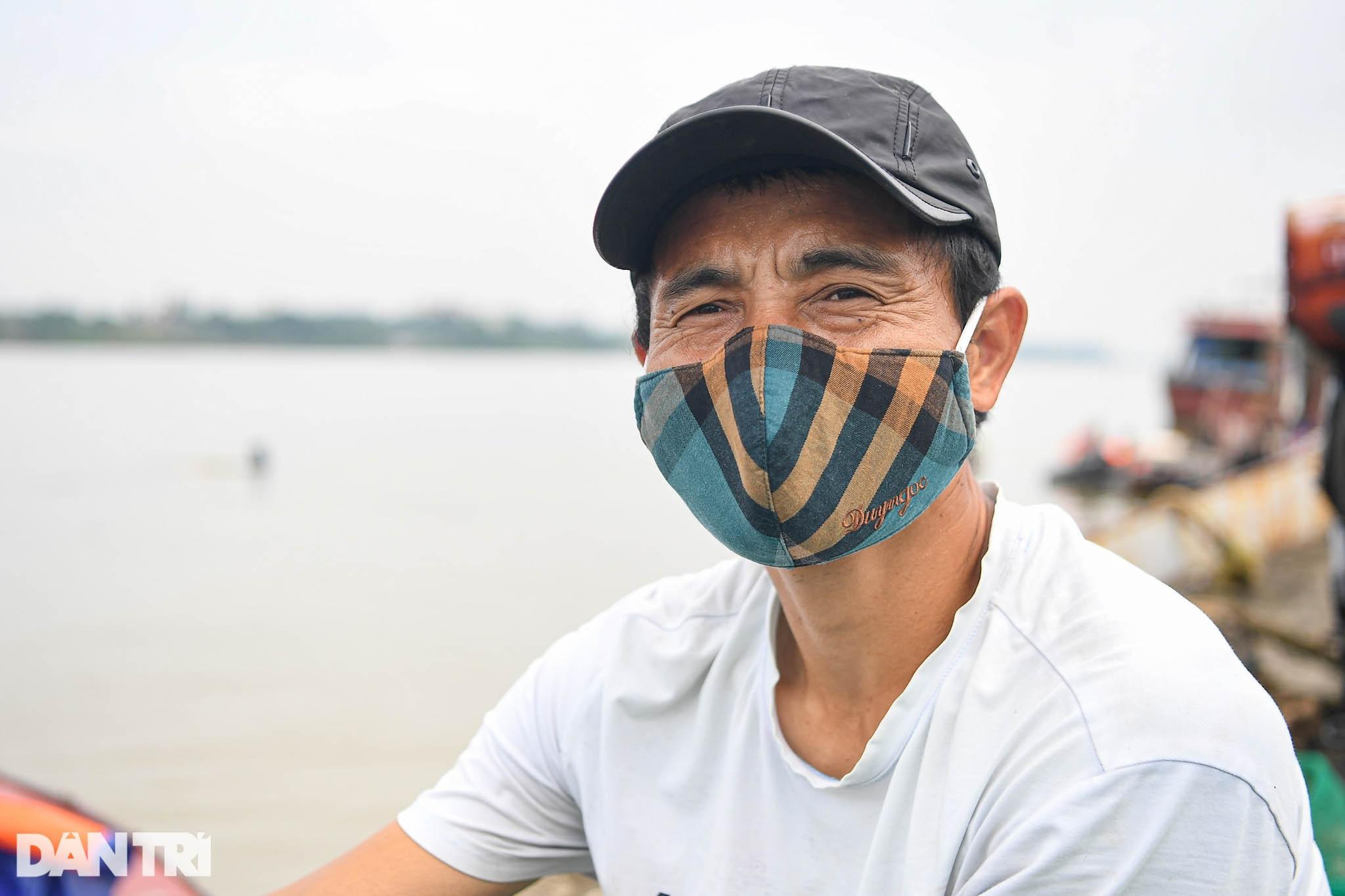 Chạy xuồng hơi dọc sông Hồng trao quà tới tận tay người dân nghèo làng chài - 10