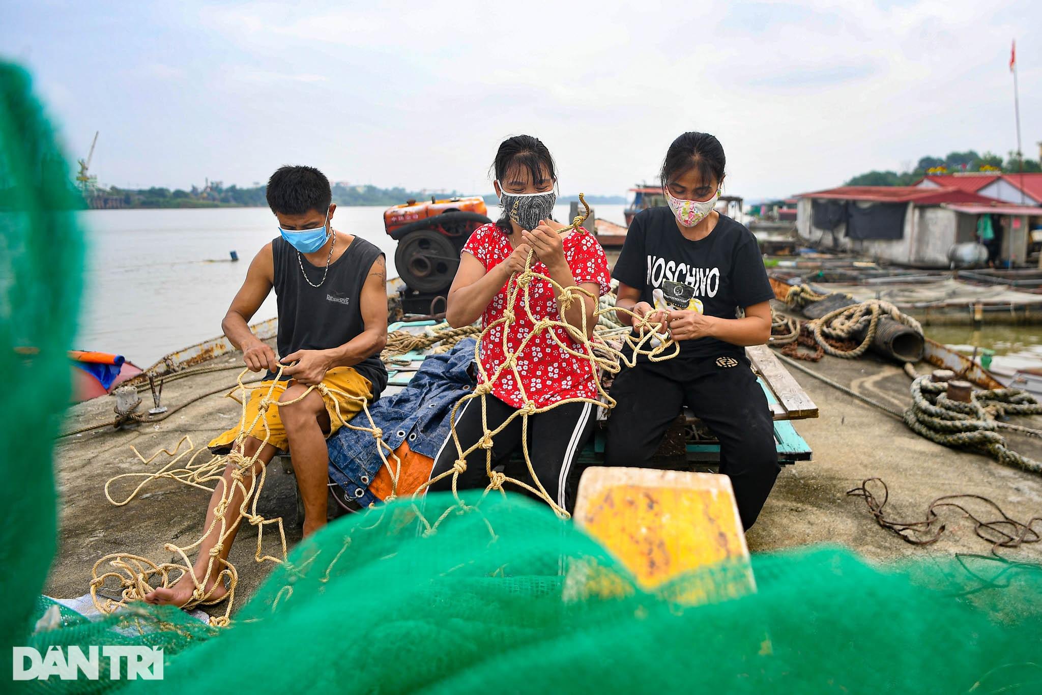 Chạy xuồng hơi dọc sông Hồng trao quà tới tận tay người dân nghèo làng chài - 7