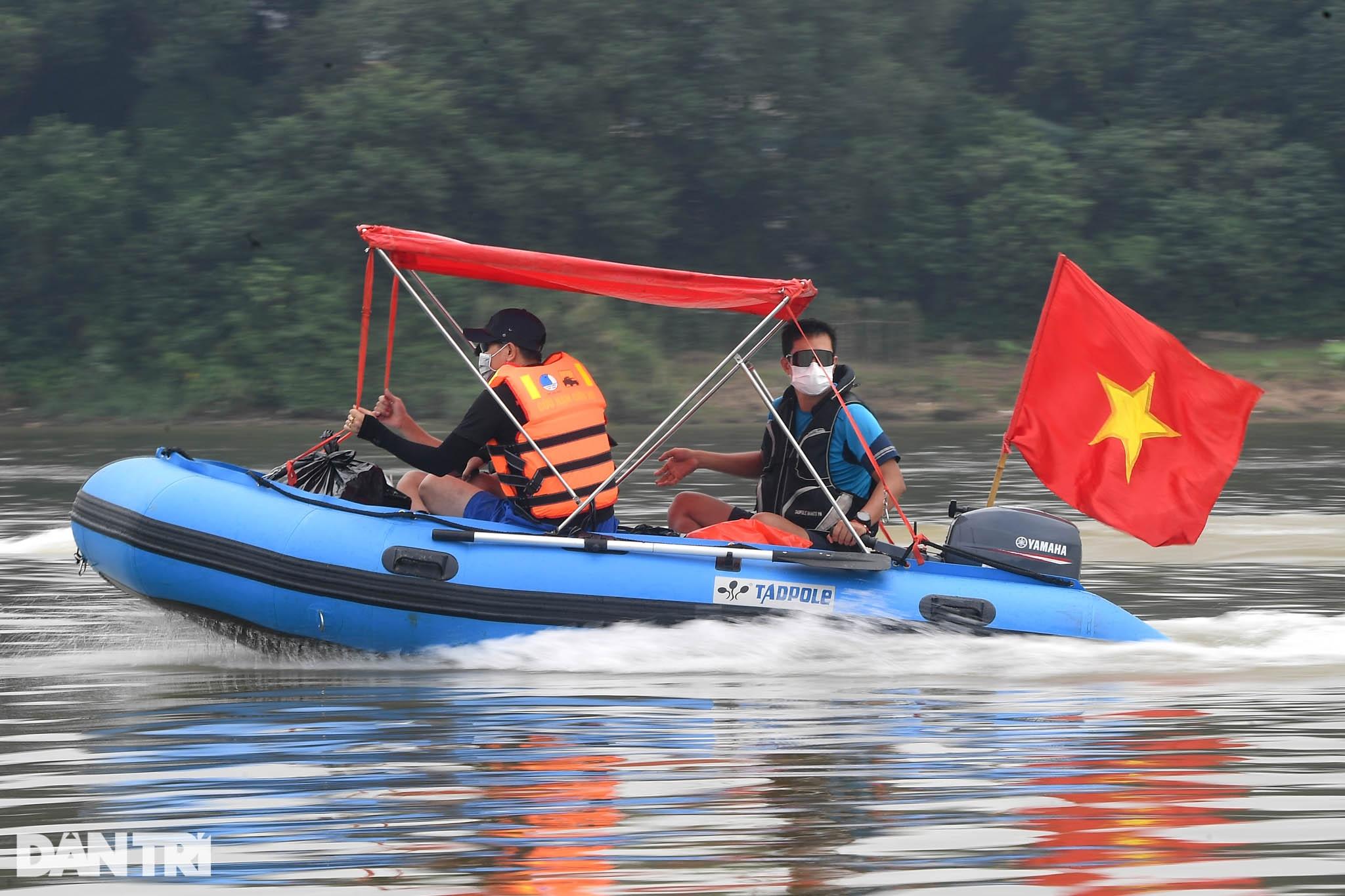 Chạy xuồng hơi dọc sông Hồng trao quà tới tận tay người dân nghèo làng chài - 2