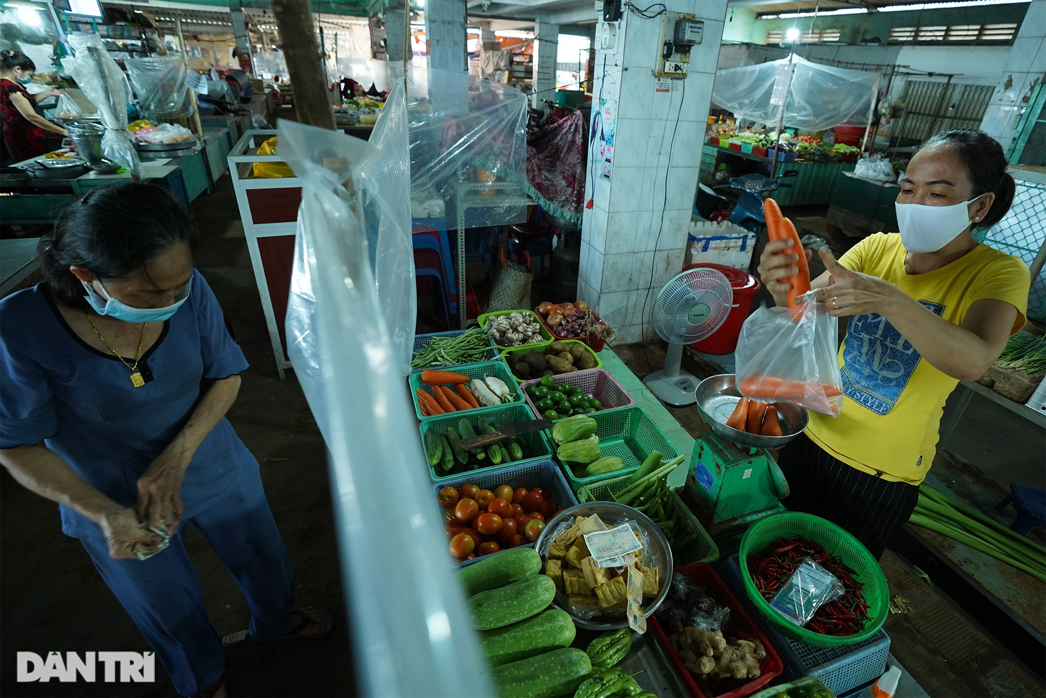 Tiểu thương Cần Giờ ra chợ bằng thẻ xanh Covid-19 - 5