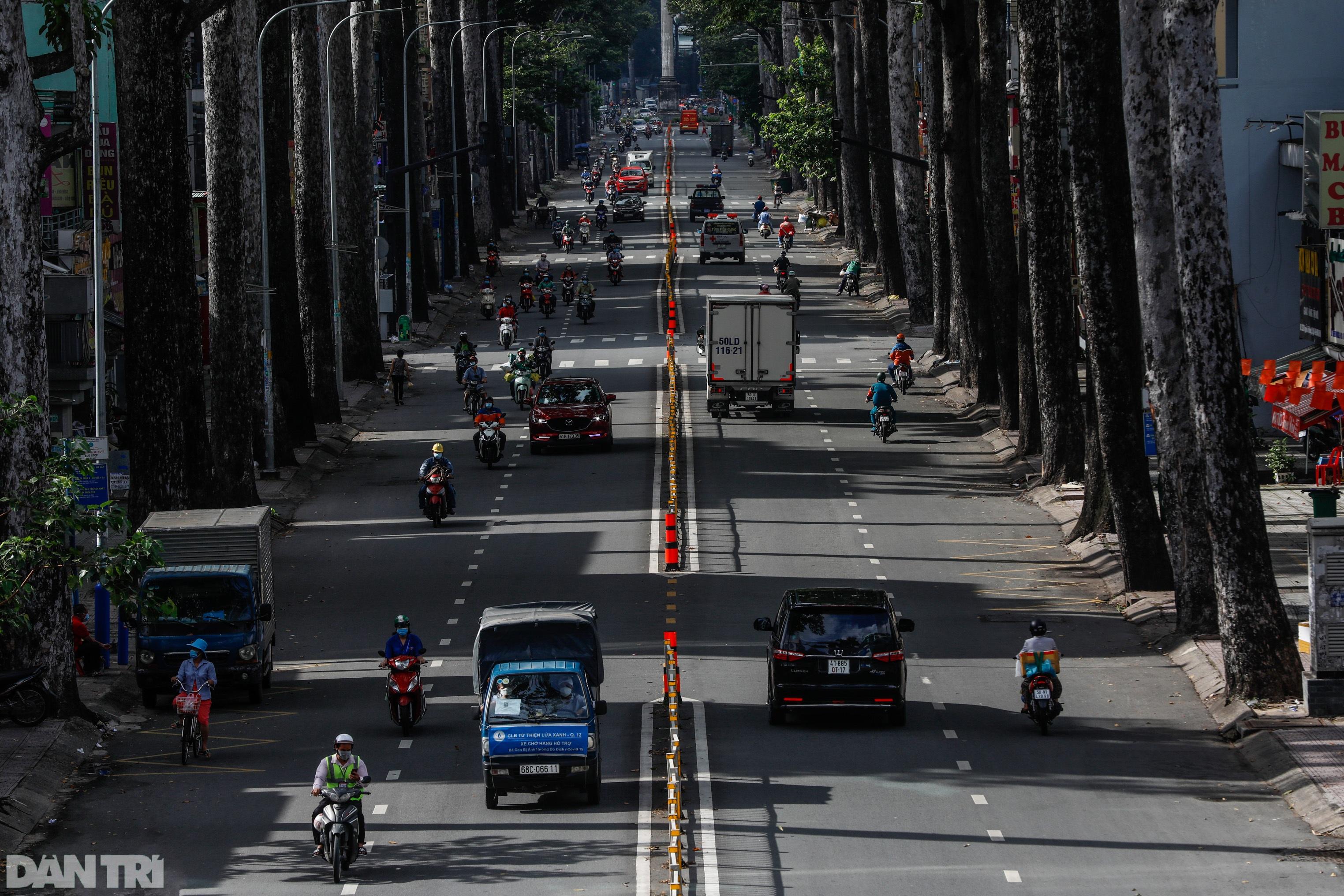 TPHCM sau gia hạn giãn cách: Chốt kiểm soát đông đúc, giao thông nhộn nhịp - 1