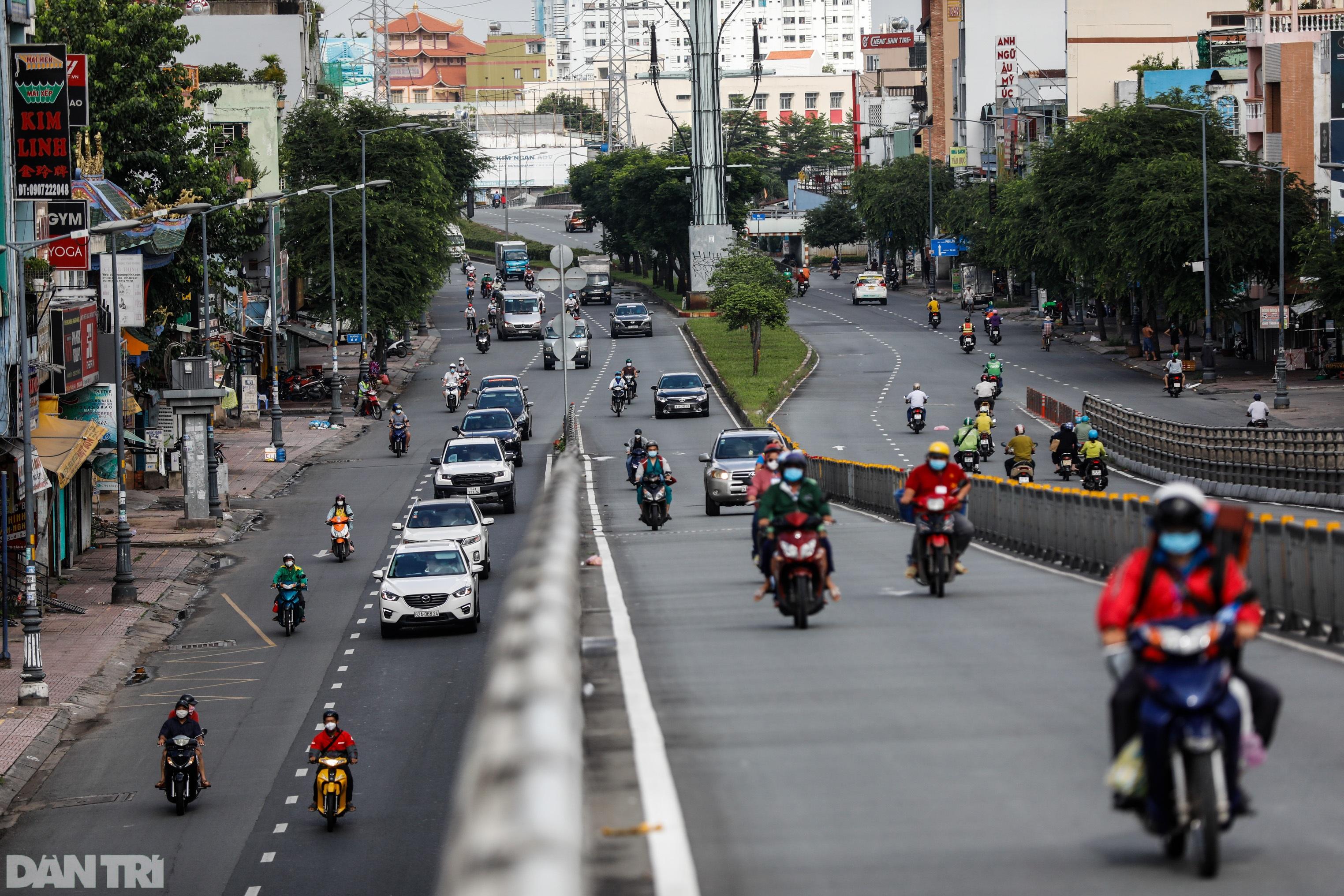 TPHCM sau gia hạn giãn cách: Chốt kiểm soát đông đúc, giao thông nhộn nhịp - 4