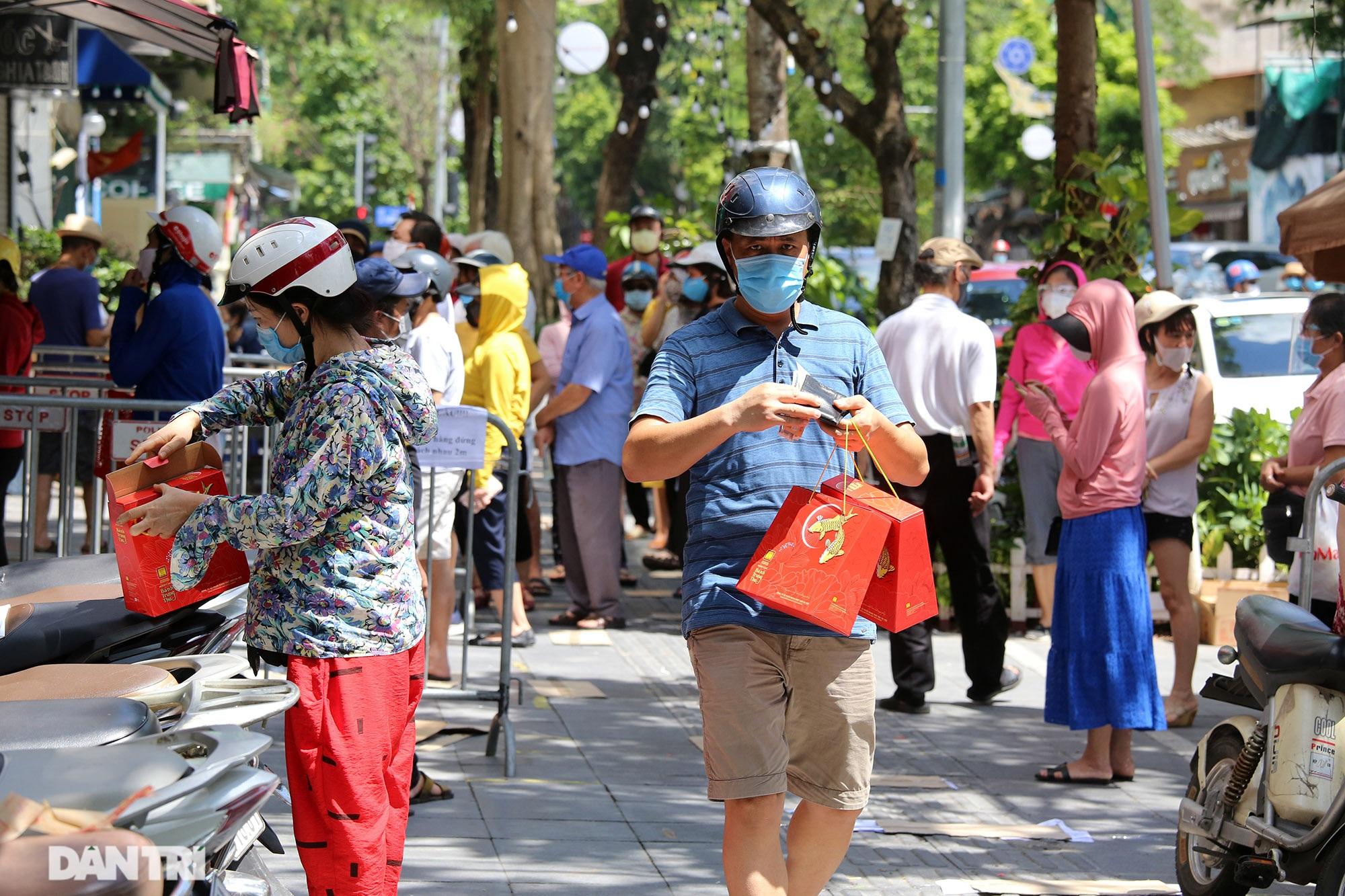 Xếp hàng dài chờ mua bánh trung thu trên phố Bà Triệu - 10