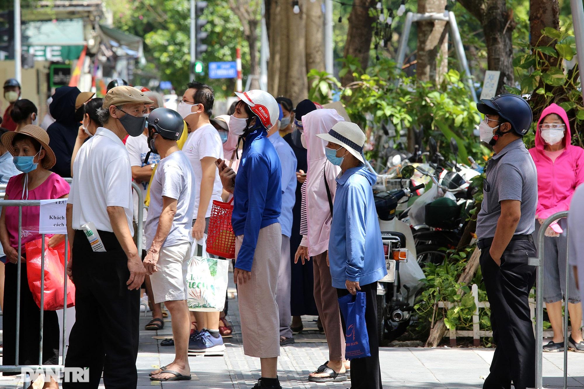 Xếp hàng dài chờ mua bánh trung thu trên phố Bà Triệu - 2