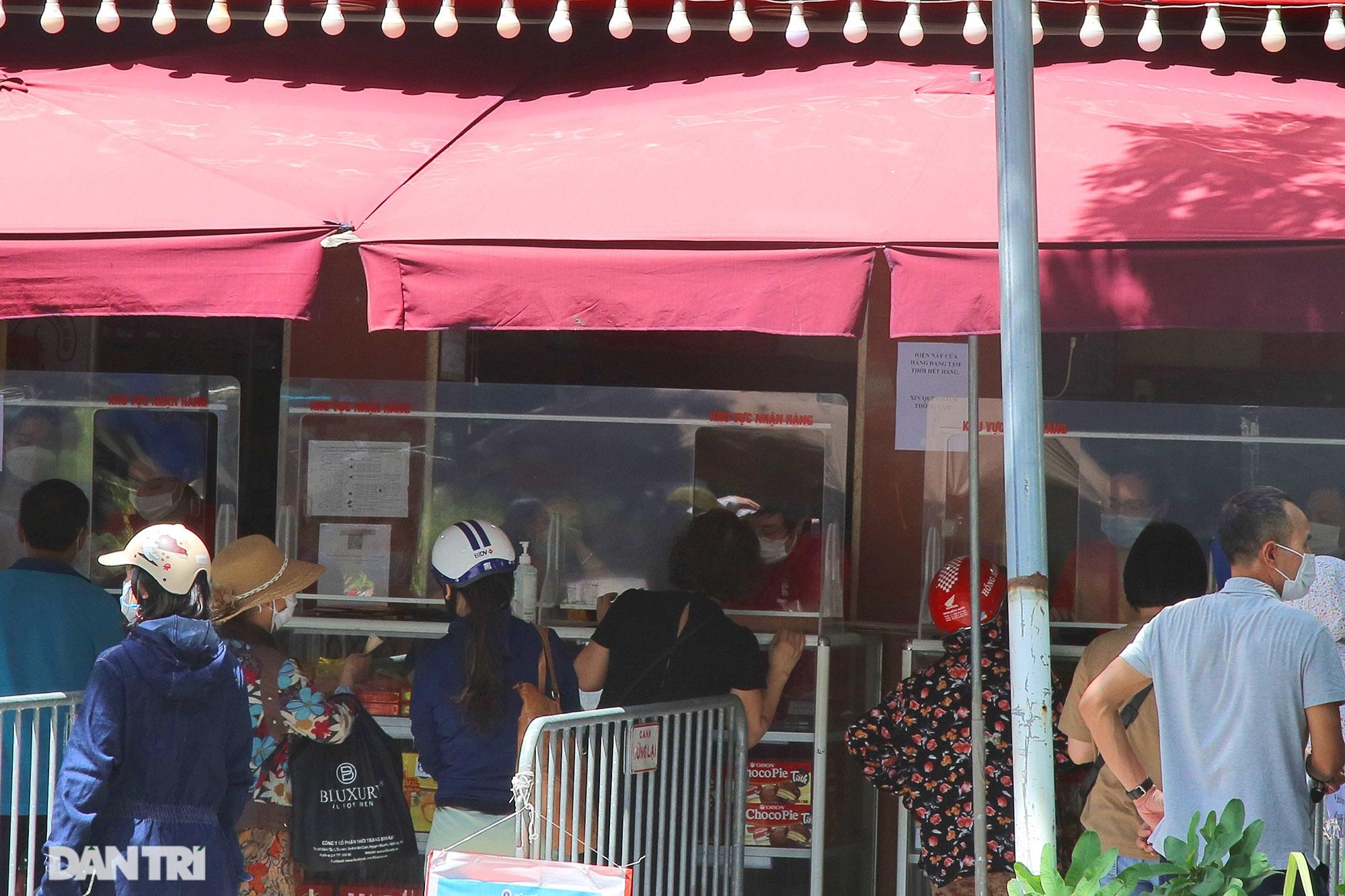 Xếp hàng dài chờ mua bánh trung thu trên phố Bà Triệu - 5