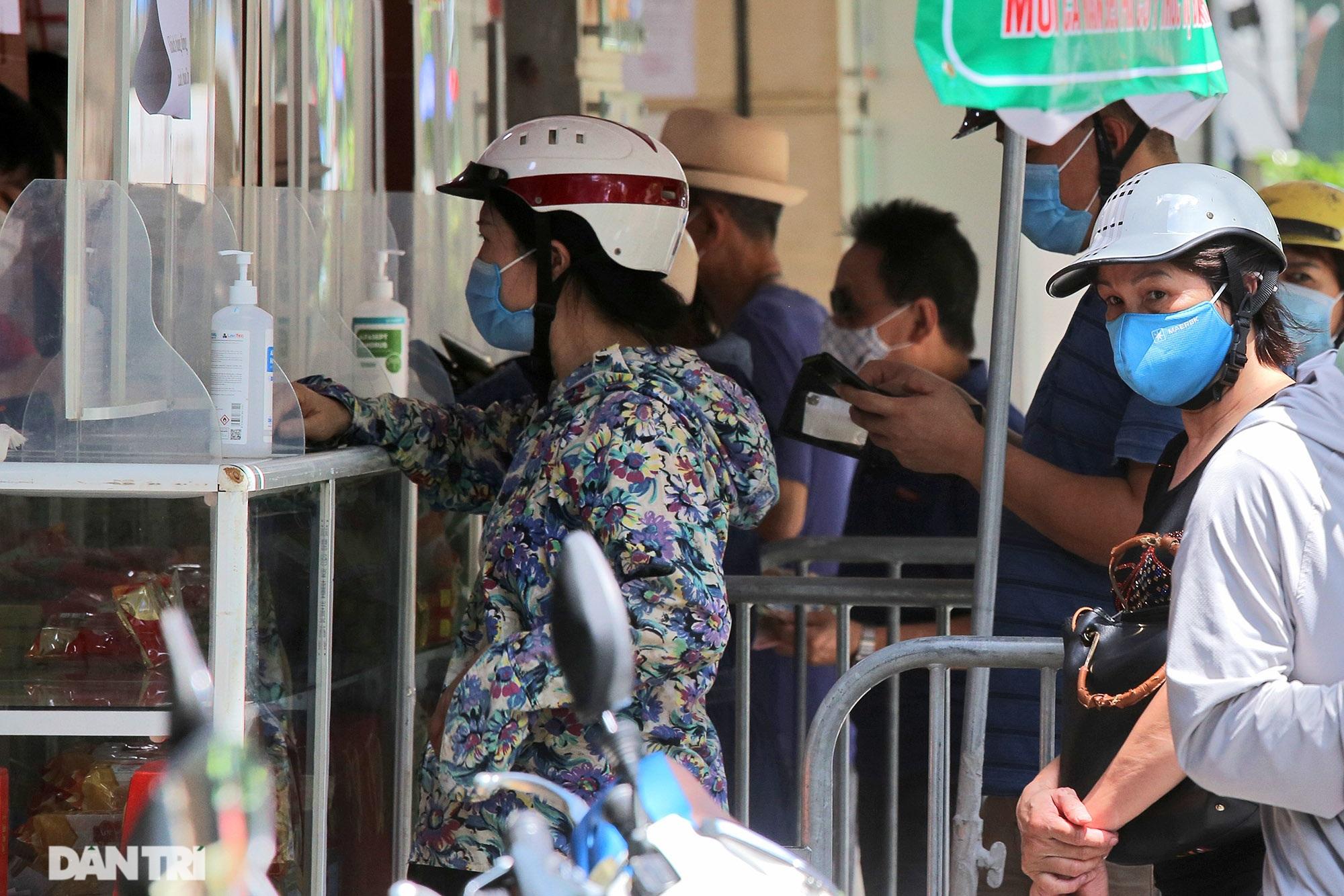 Xếp hàng dài chờ mua bánh trung thu trên phố Bà Triệu - 6