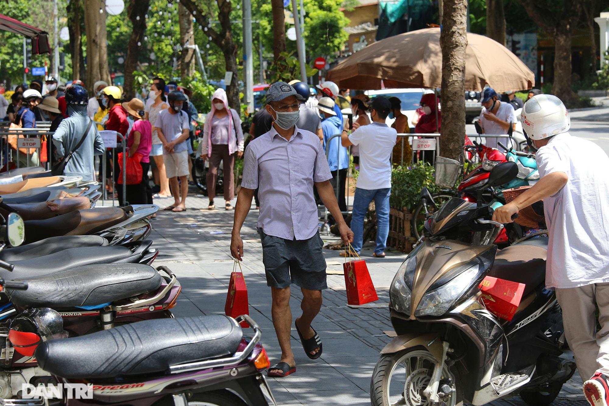 Xếp hàng dài chờ mua bánh trung thu trên phố Bà Triệu - 8