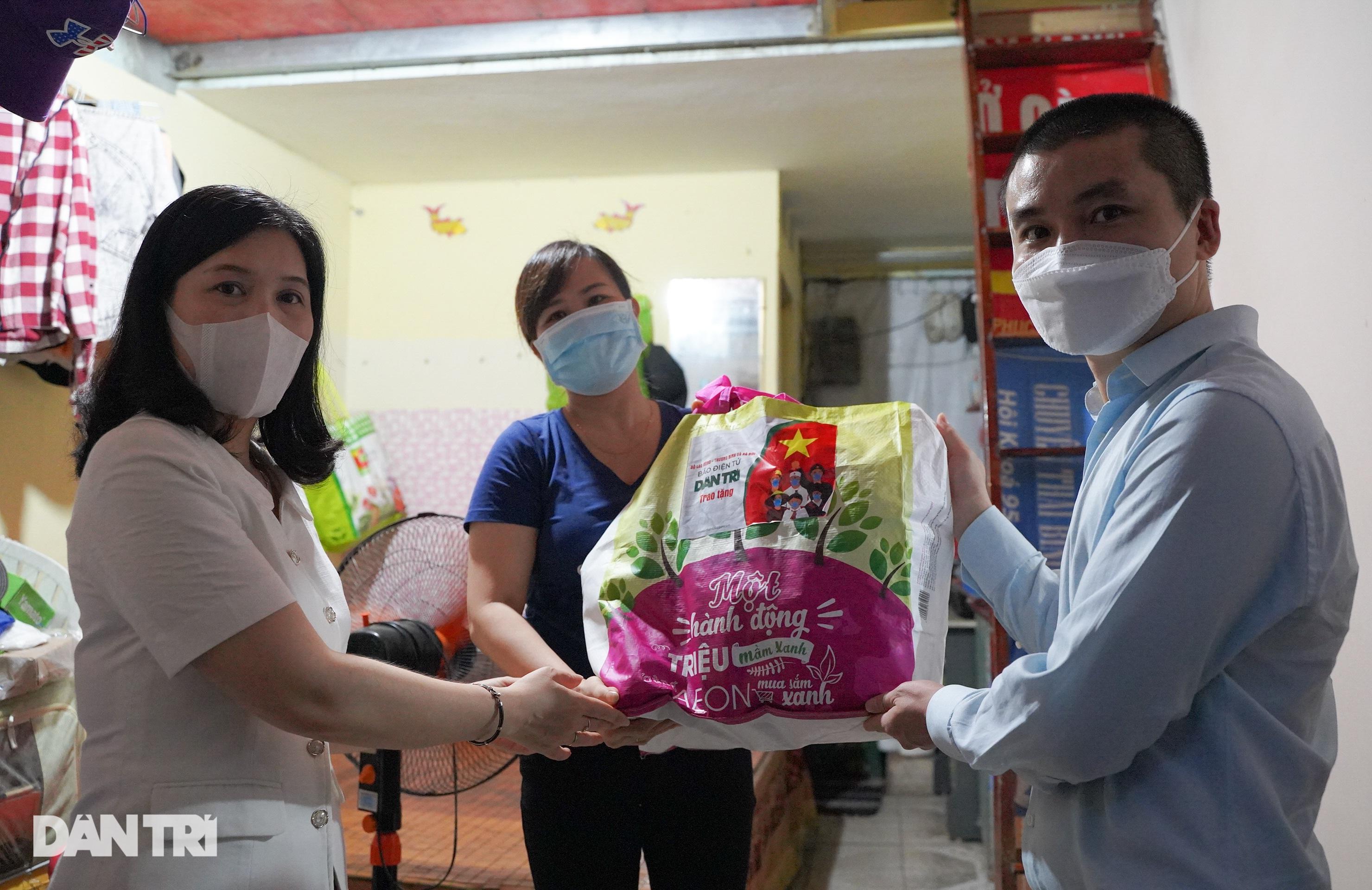 Trao 800 túi an sinh đến lao động tự do gặp khó khăn do dịch bệnh Covid-19 - 14
