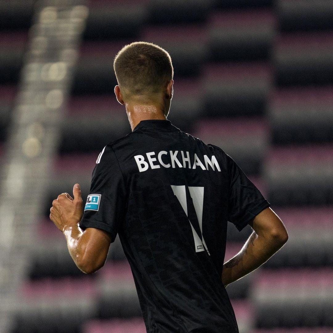 Quý tử nhà David Beckham đá trận bóng chuyên nghiệp đầu tiên - 1
