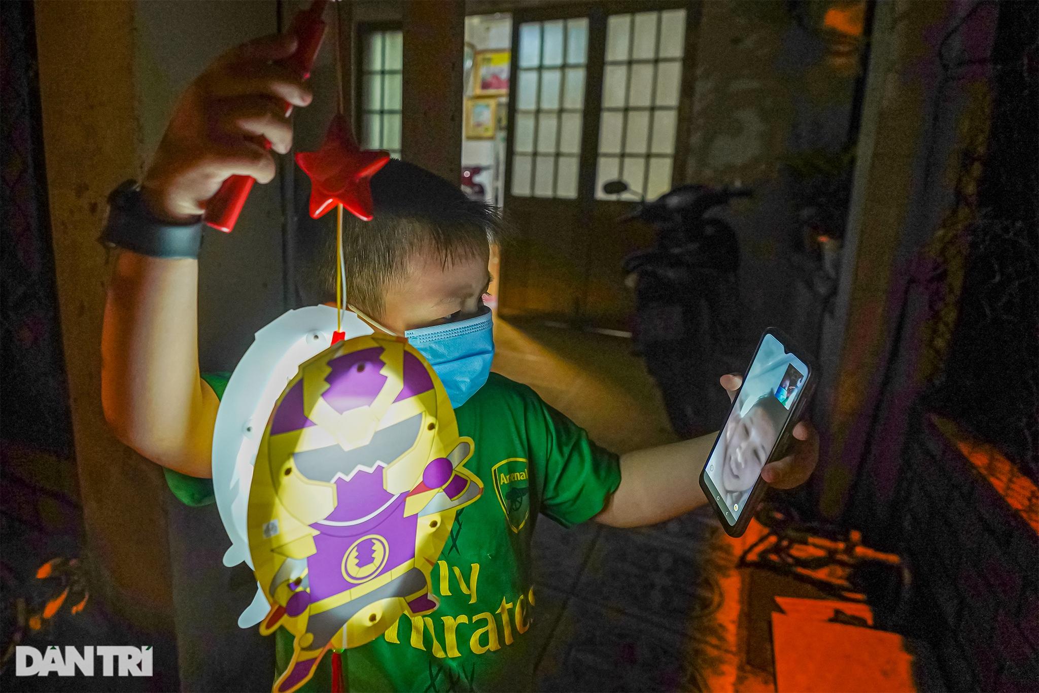 Trẻ em xã đảo vùng xanh ở TPHCM chơi lồng đèn làm bằng vỏ lon, hộp sữa - 9