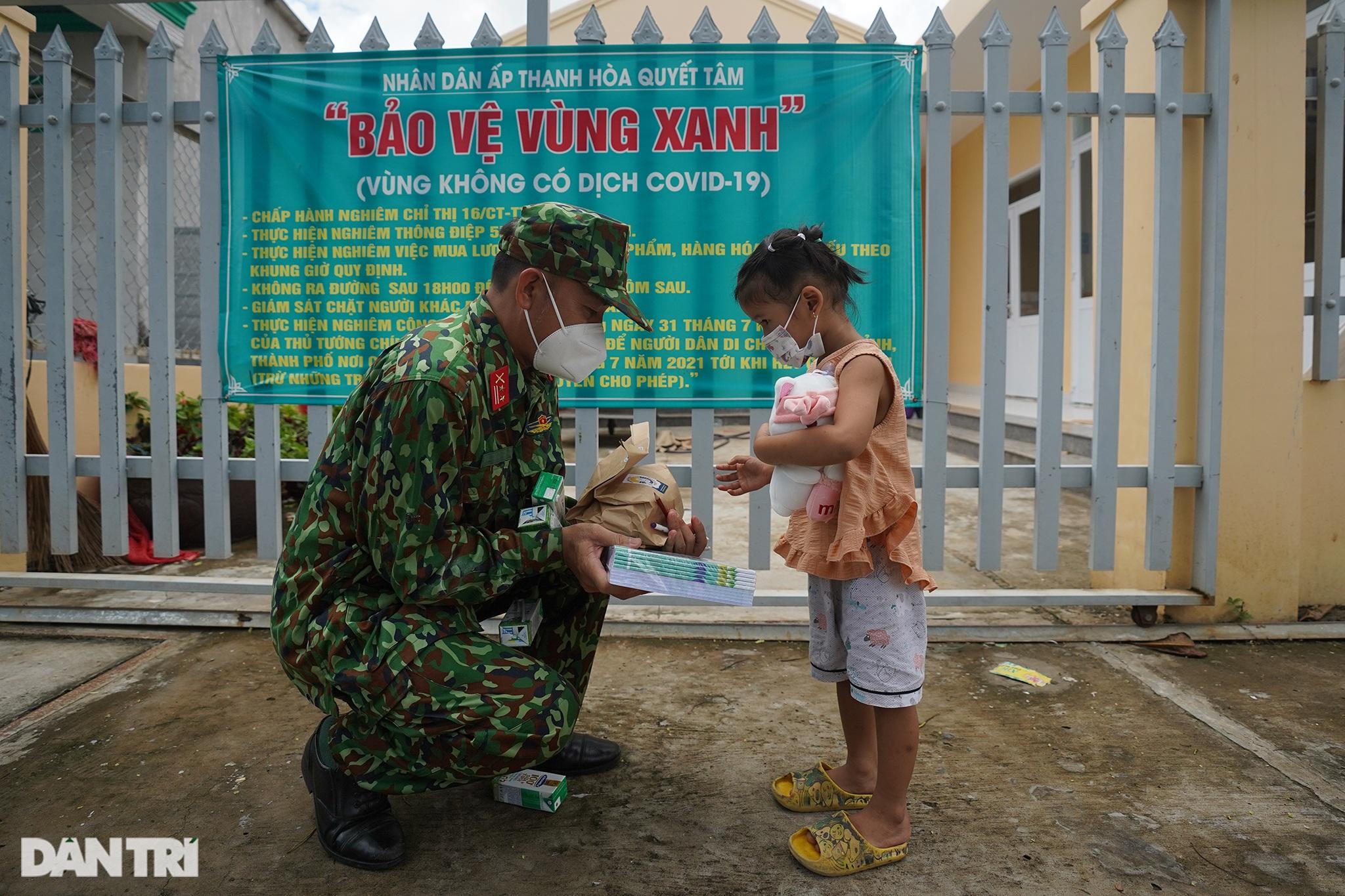 Trẻ em xã đảo vùng xanh ở TPHCM chơi lồng đèn làm bằng vỏ lon, hộp sữa - 10