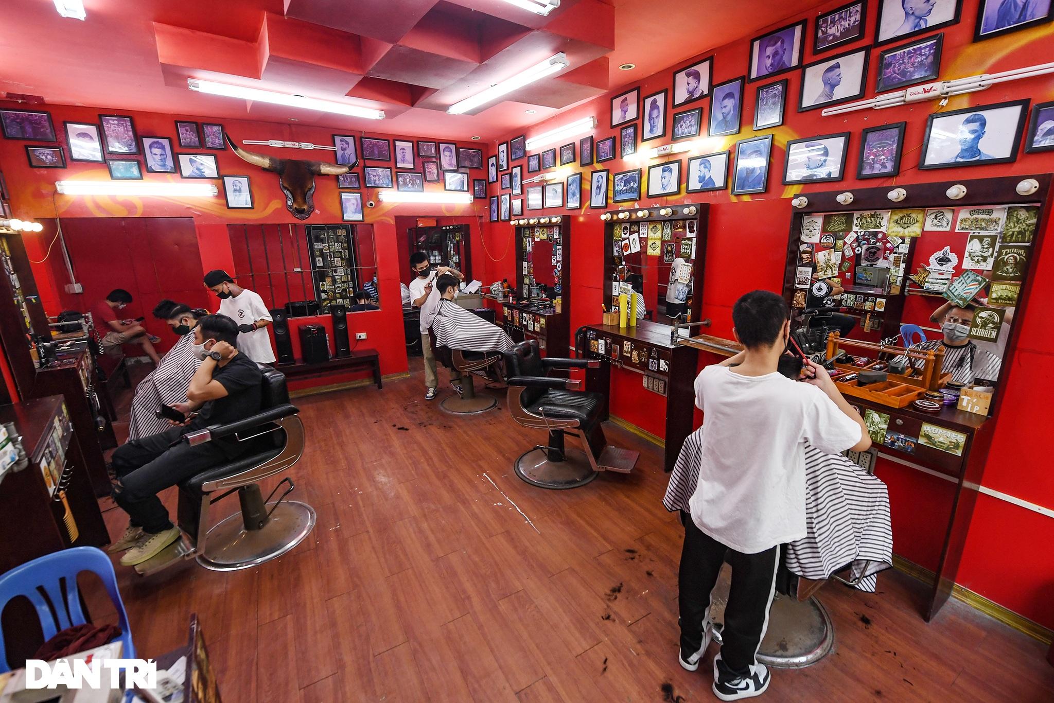 Người dân ở Hà Nội đổ xô đi cắt tóc sau 2 tháng giãn cách xã hội - 2