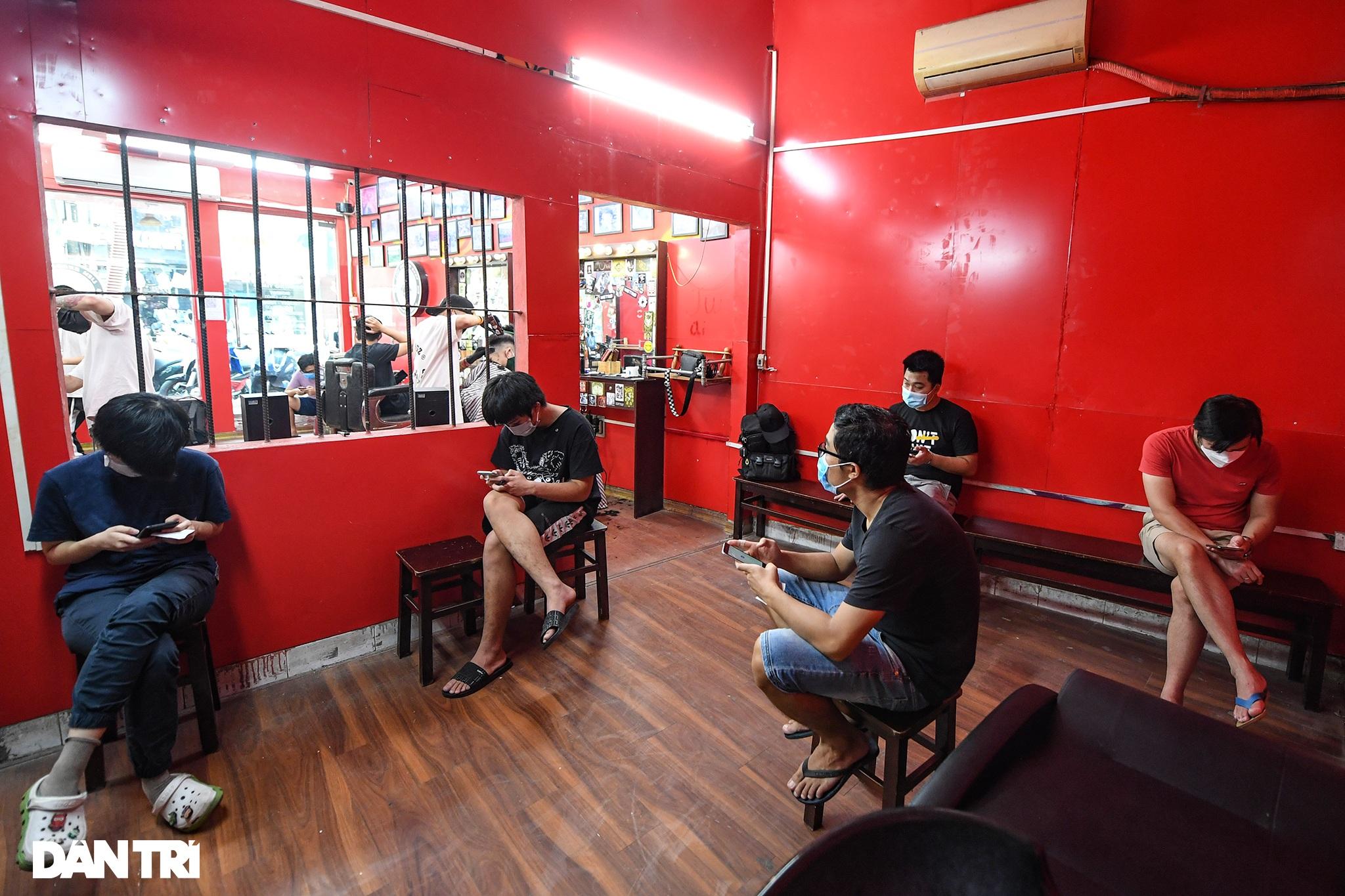 Người dân ở Hà Nội đổ xô đi cắt tóc sau 2 tháng giãn cách xã hội - 7