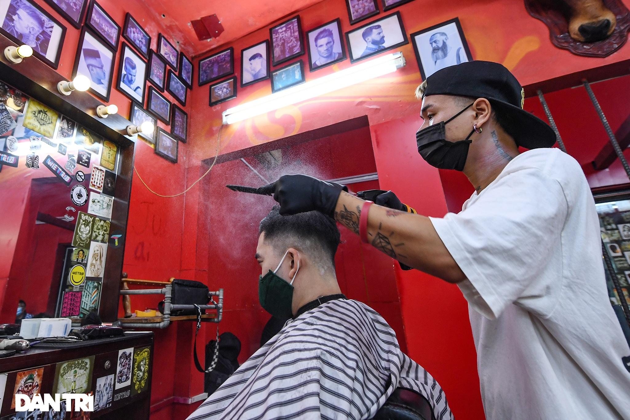 Người dân ở Hà Nội đổ xô đi cắt tóc sau 2 tháng giãn cách xã hội - 8