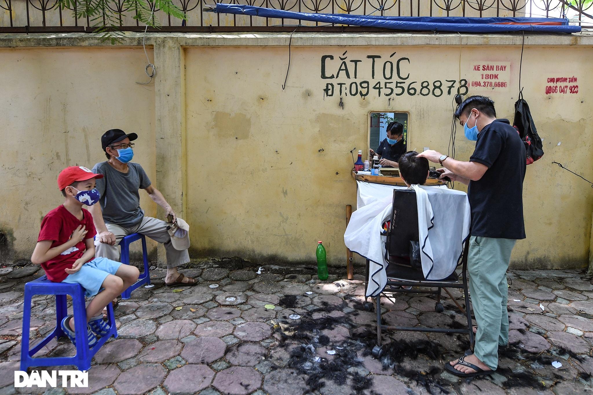 Người dân ở Hà Nội đổ xô đi cắt tóc sau 2 tháng giãn cách xã hội - 1