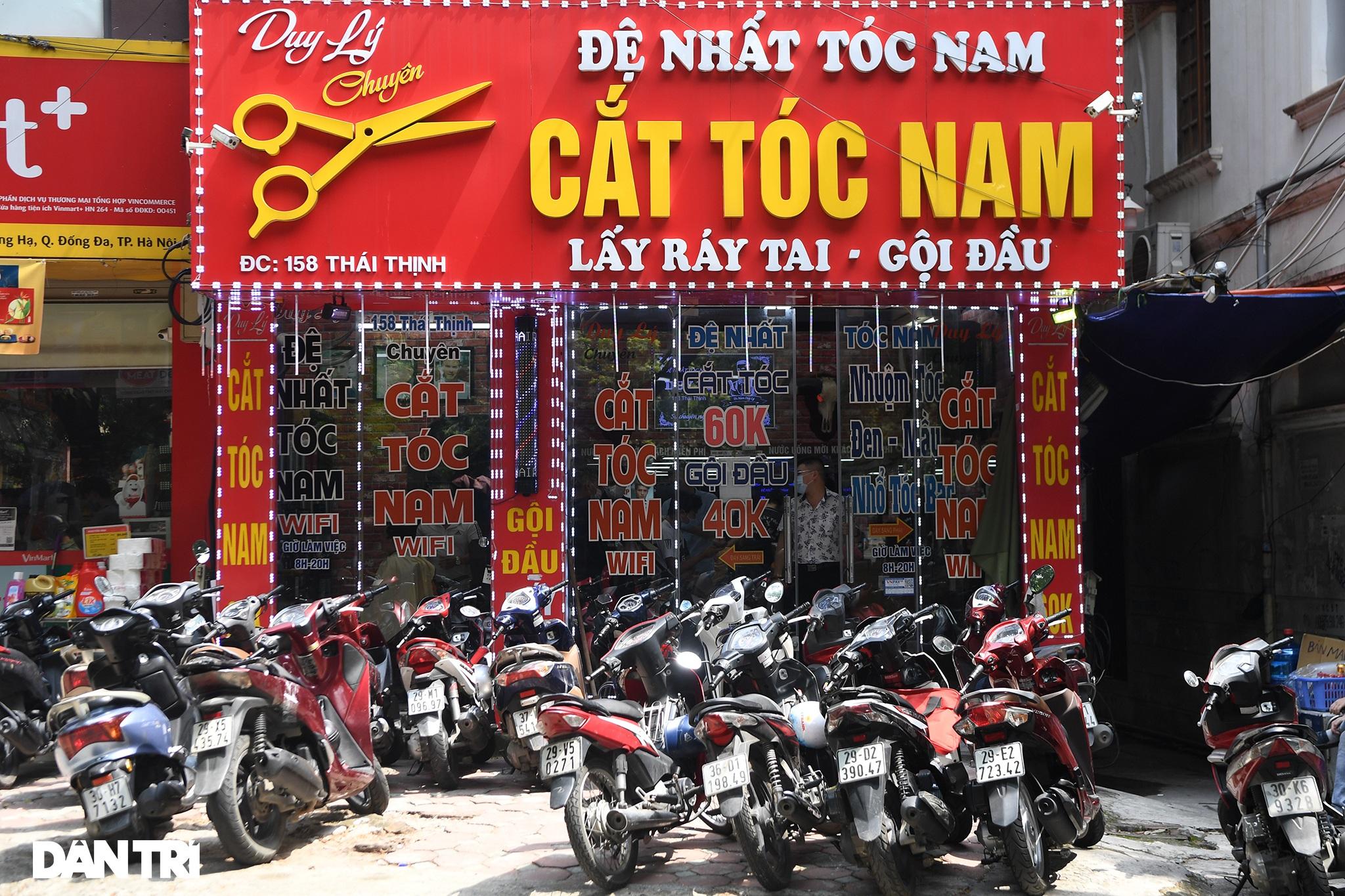 Người dân ở Hà Nội đổ xô đi cắt tóc sau 2 tháng giãn cách xã hội - 14