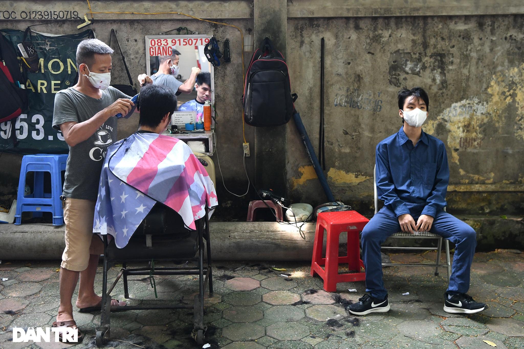 Người dân ở Hà Nội đổ xô đi cắt tóc sau 2 tháng giãn cách xã hội - 13