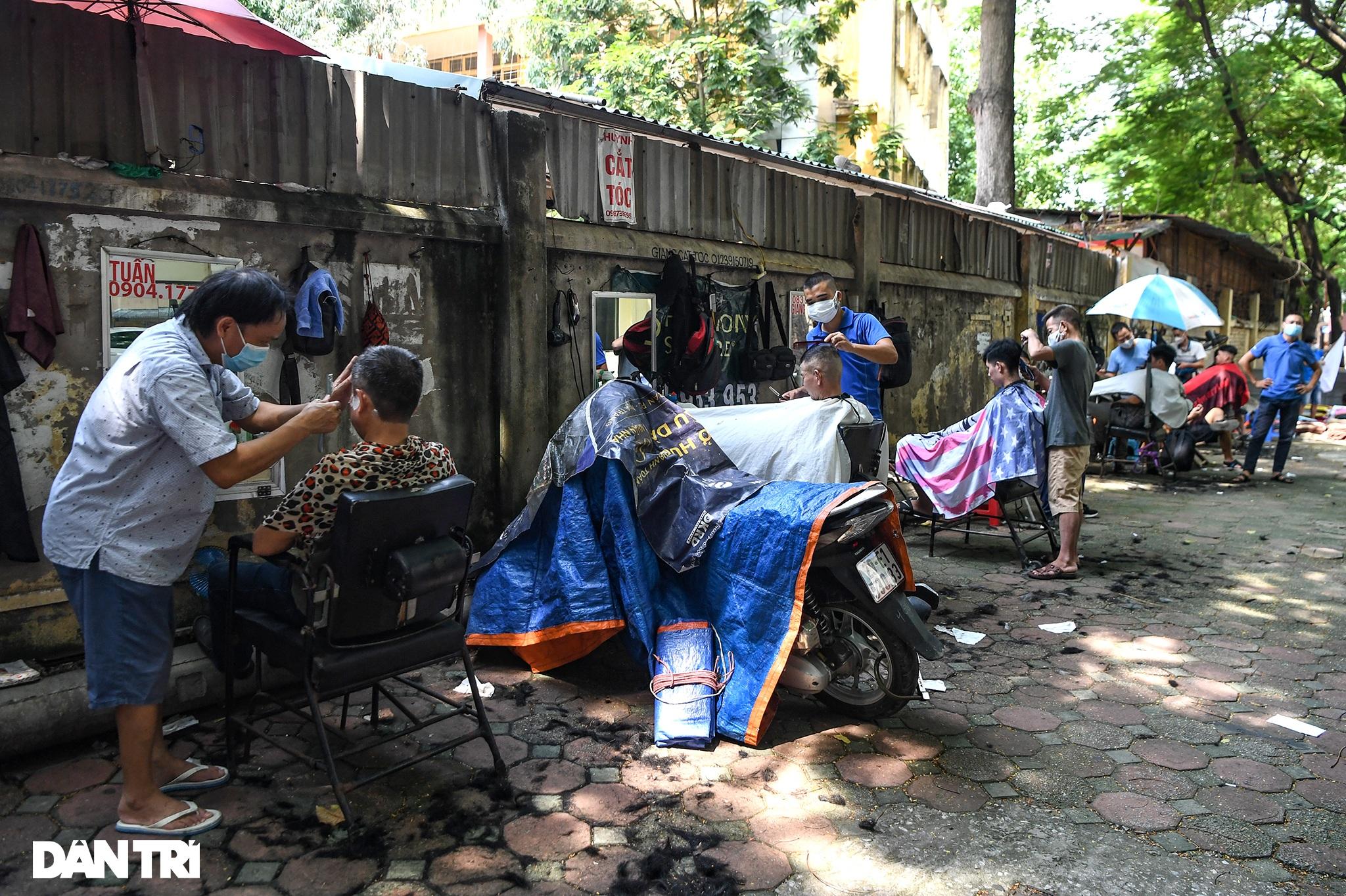 Người dân ở Hà Nội đổ xô đi cắt tóc sau 2 tháng giãn cách xã hội - 9