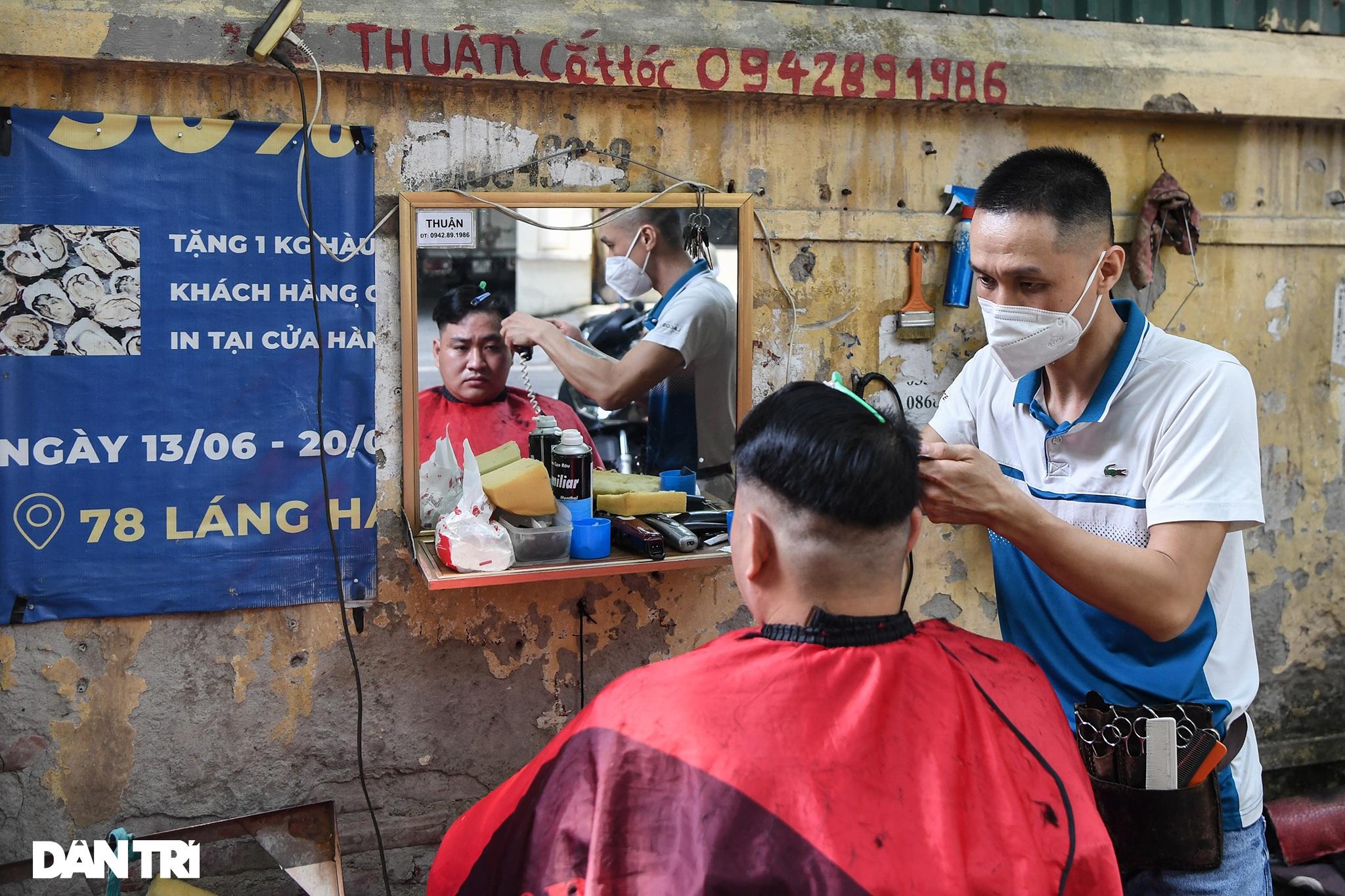 Người dân ở Hà Nội đổ xô đi cắt tóc sau 2 tháng giãn cách xã hội - 12