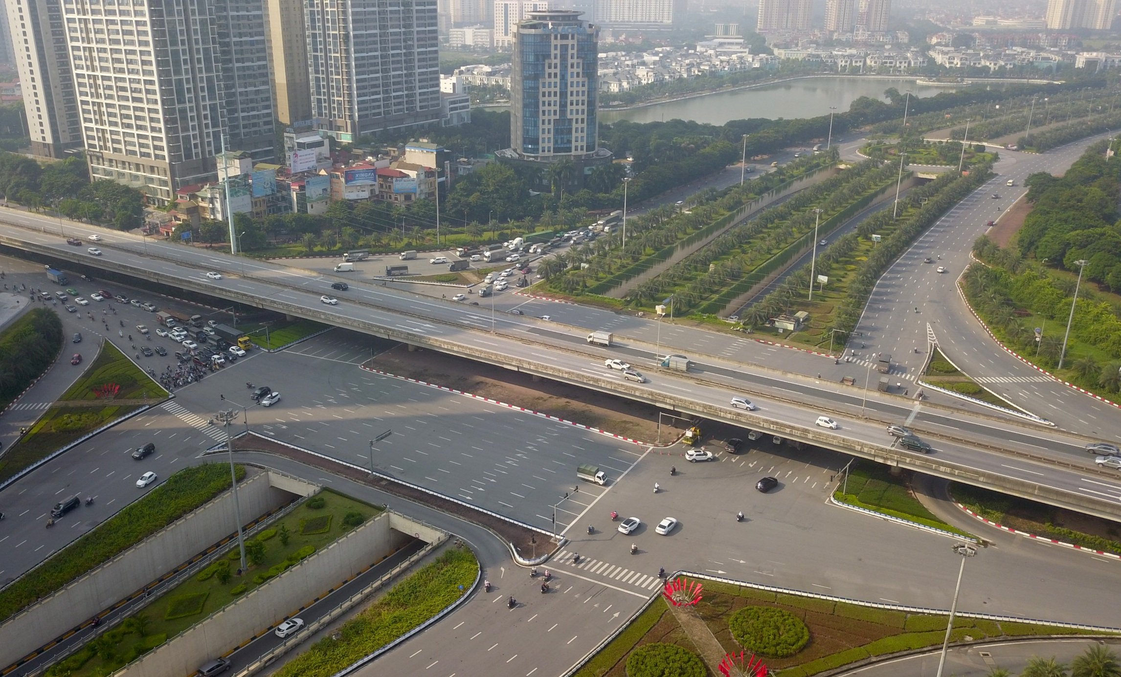 Đường phố tấp nập xe cộ sau khi TP Hà Nội bỏ quy định giấy đi đường - 13