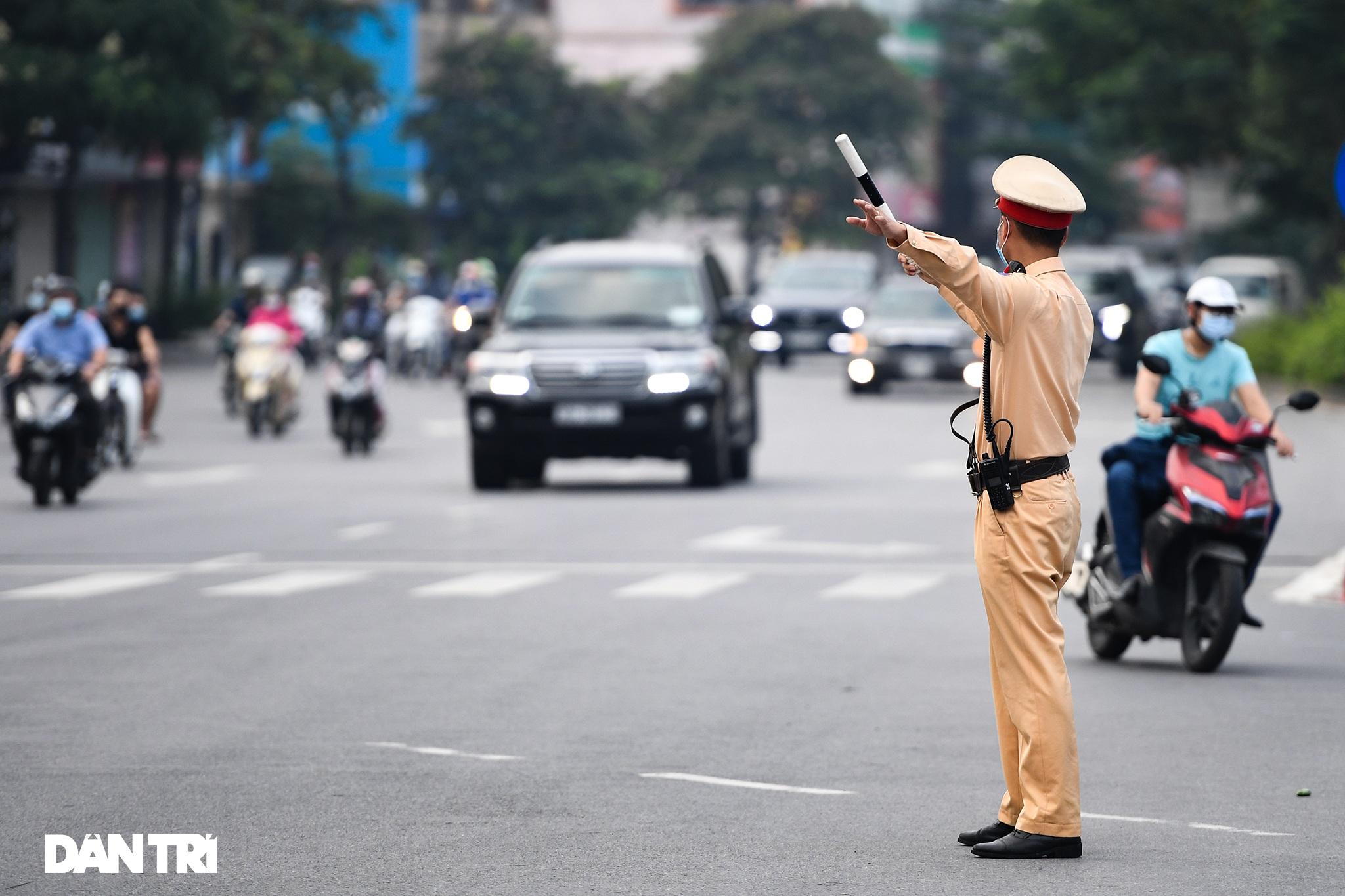 Đường phố tấp nập xe cộ sau khi TP Hà Nội bỏ quy định giấy đi đường - 5