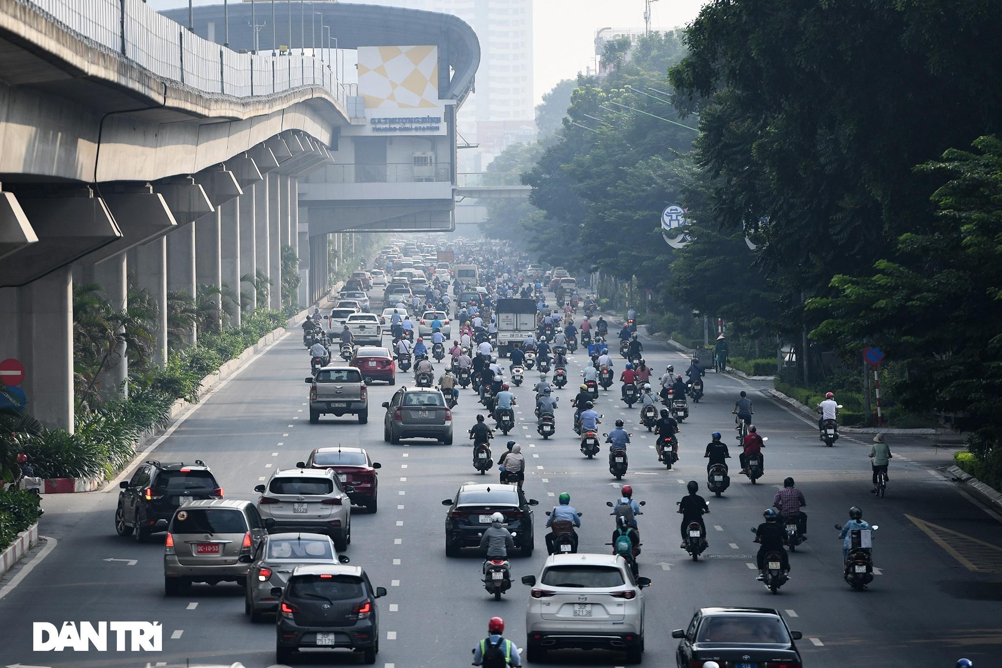 Đường phố tấp nập xe cộ sau khi TP Hà Nội bỏ quy định giấy đi đường - 11