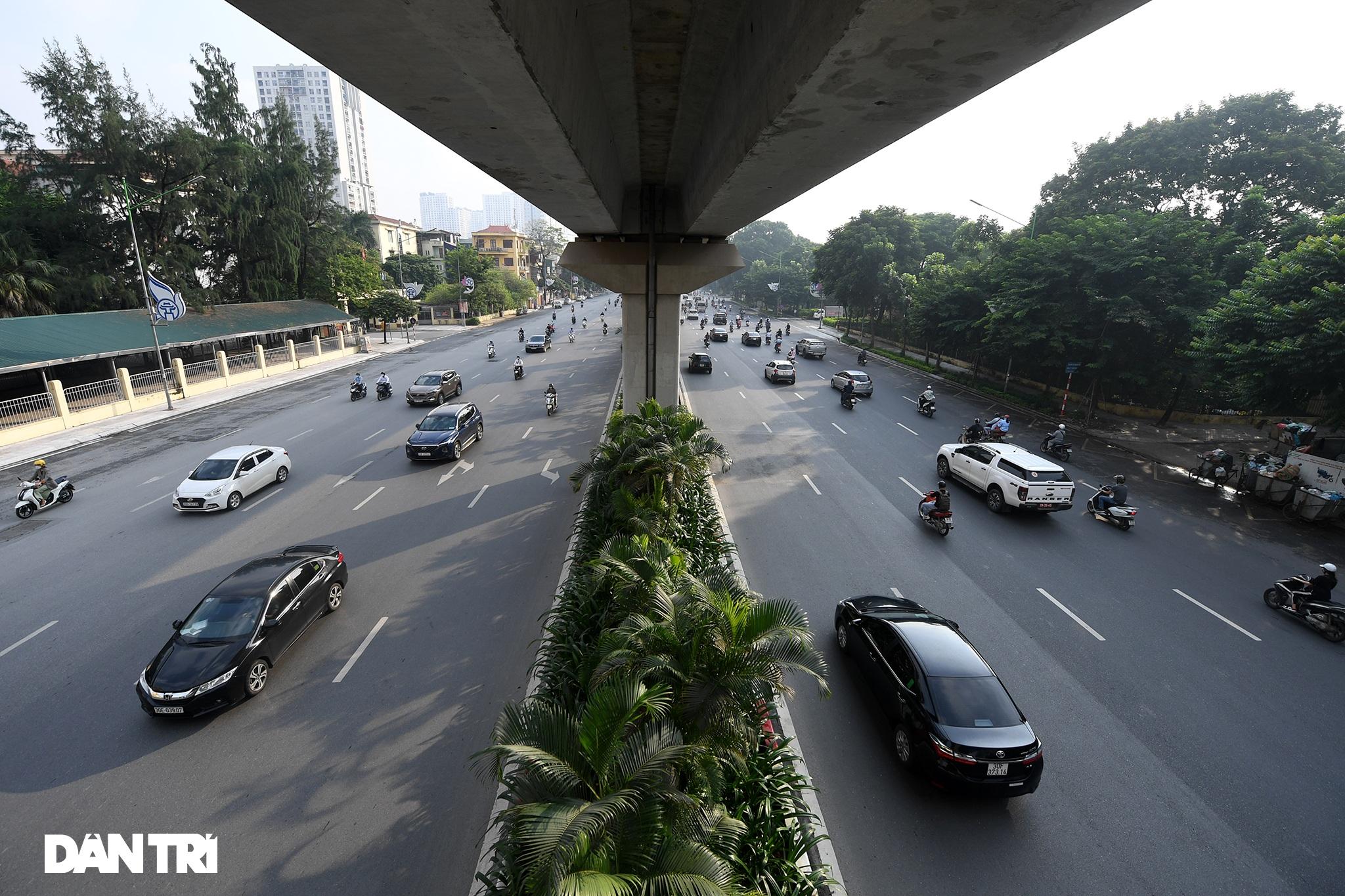 Đường phố tấp nập xe cộ sau khi TP Hà Nội bỏ quy định giấy đi đường - 1