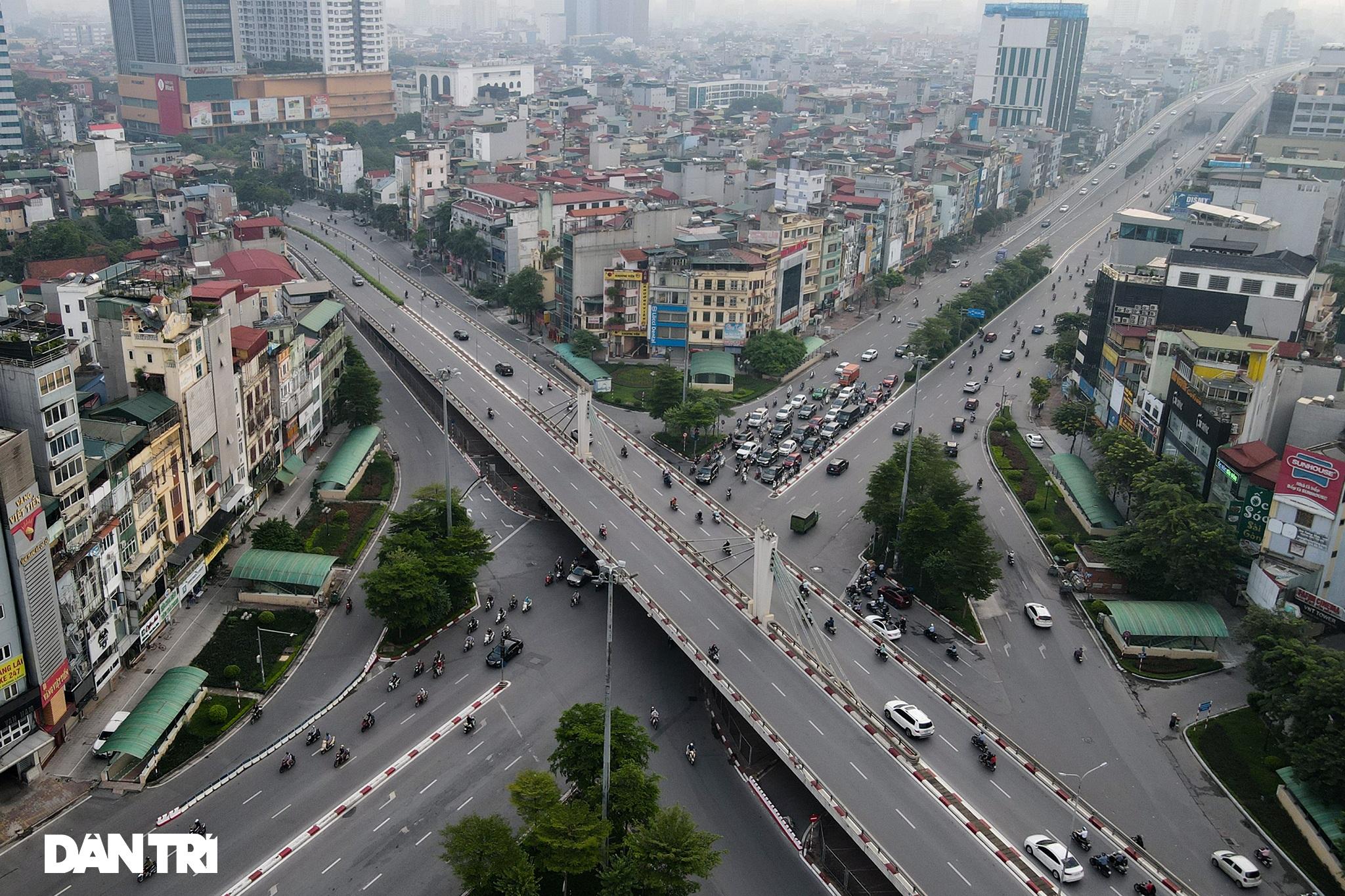 Đường phố tấp nập xe cộ sau khi TP Hà Nội bỏ quy định giấy đi đường - 6