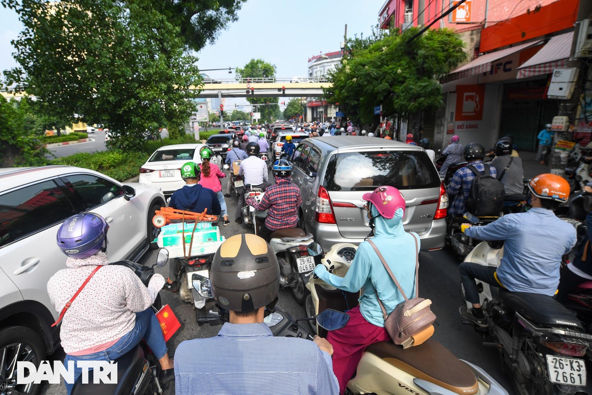 Đường phố tấp nập xe cộ sau khi TP Hà Nội bỏ quy định giấy đi đường - 12