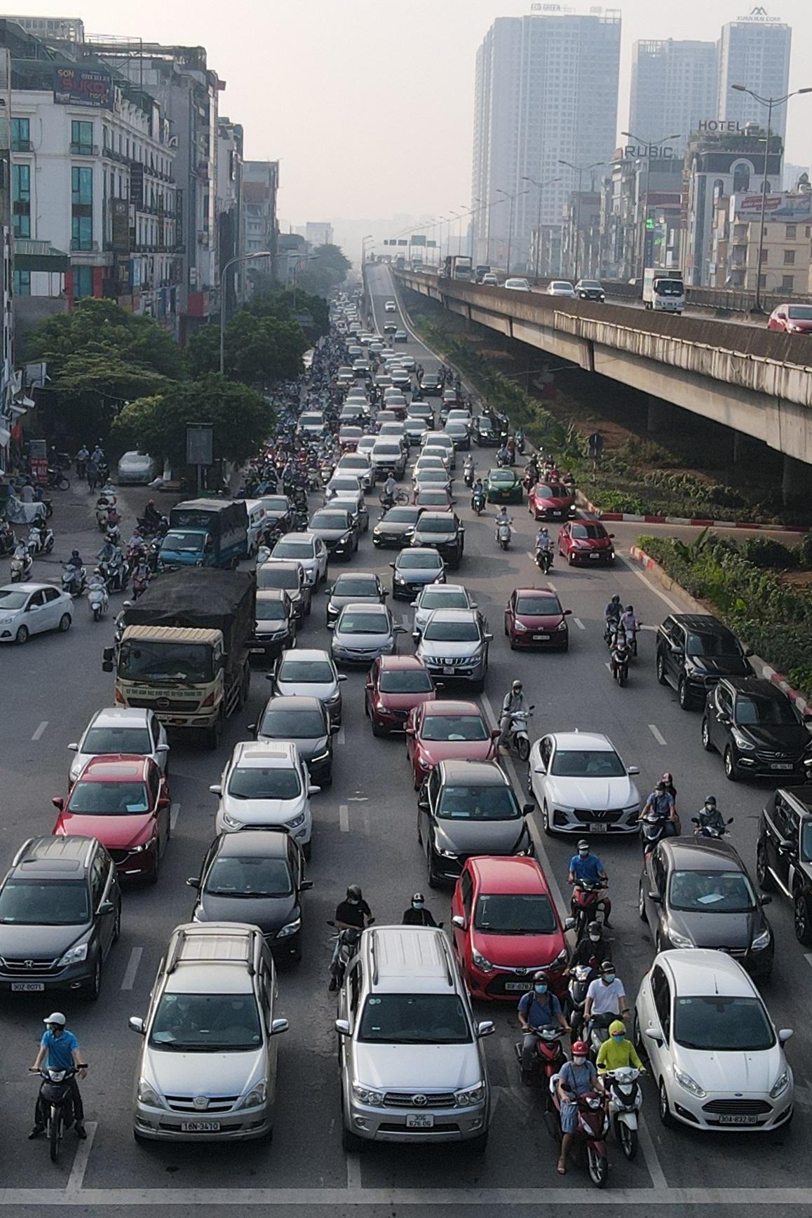 Đường phố tấp nập xe cộ sau khi TP Hà Nội bỏ quy định giấy đi đường - 10