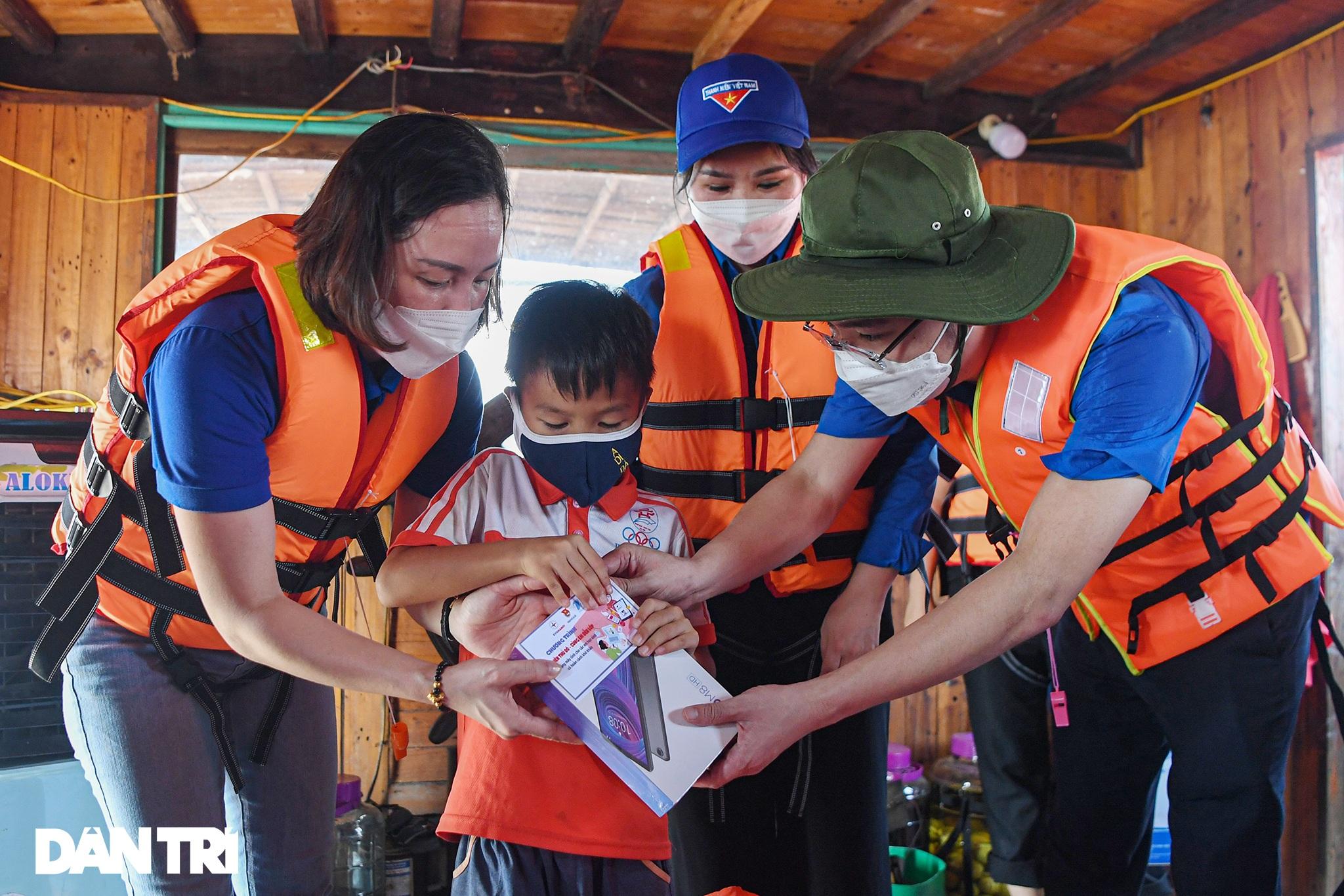 25 máy tính, tablet - Quà Trung thu đặc biệt với trẻ em làng chài sông Hồng - 10