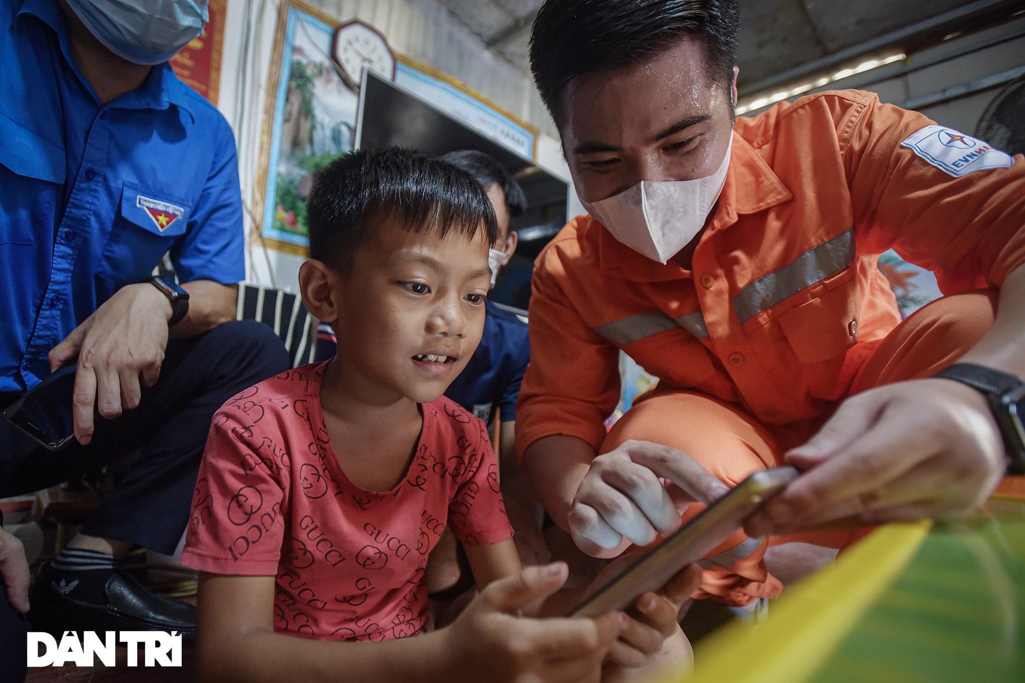 25 máy tính, tablet - Quà Trung thu đặc biệt với trẻ em làng chài sông Hồng - 13